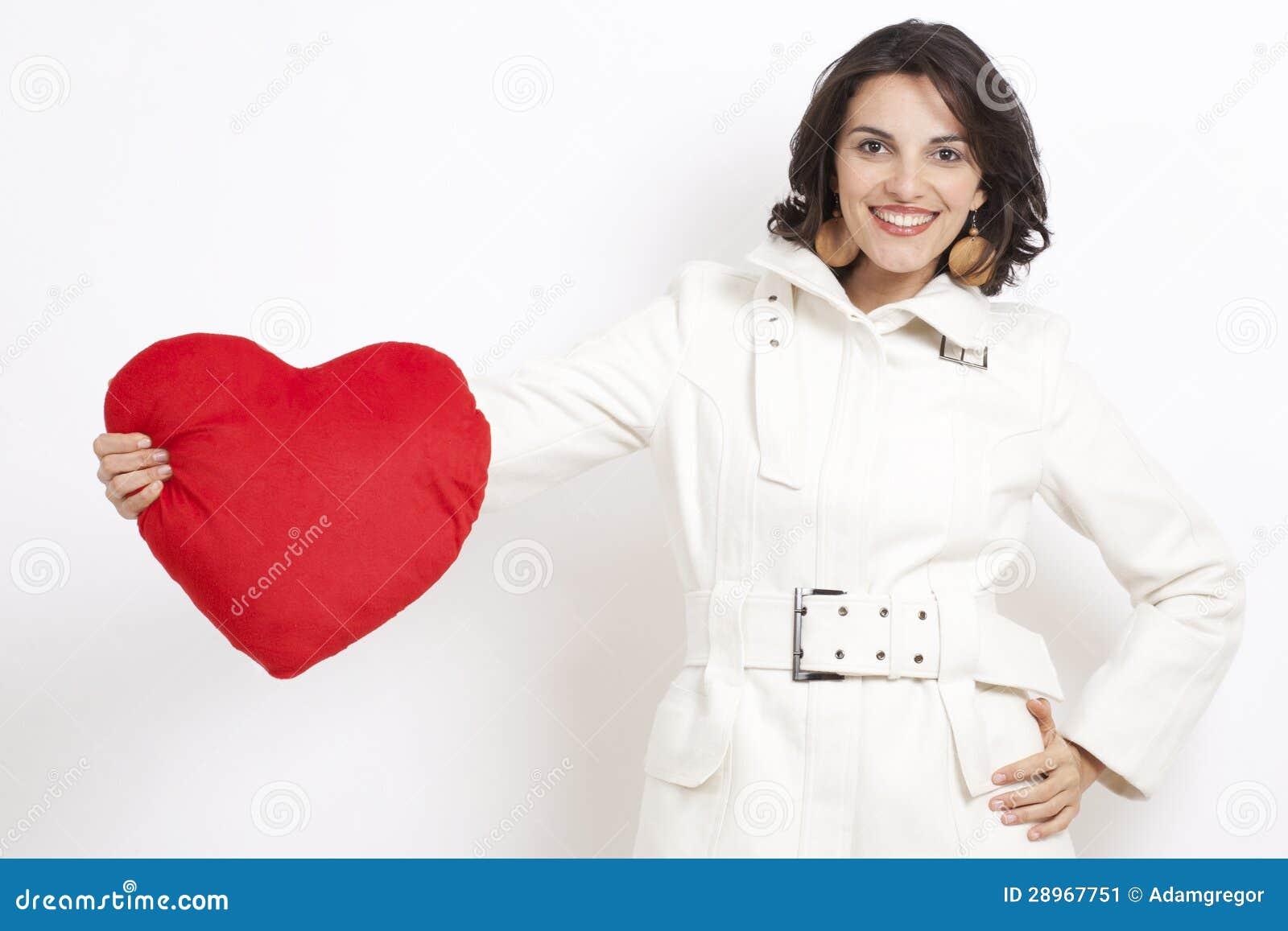Brunetki kobieta z czerwonym sercem