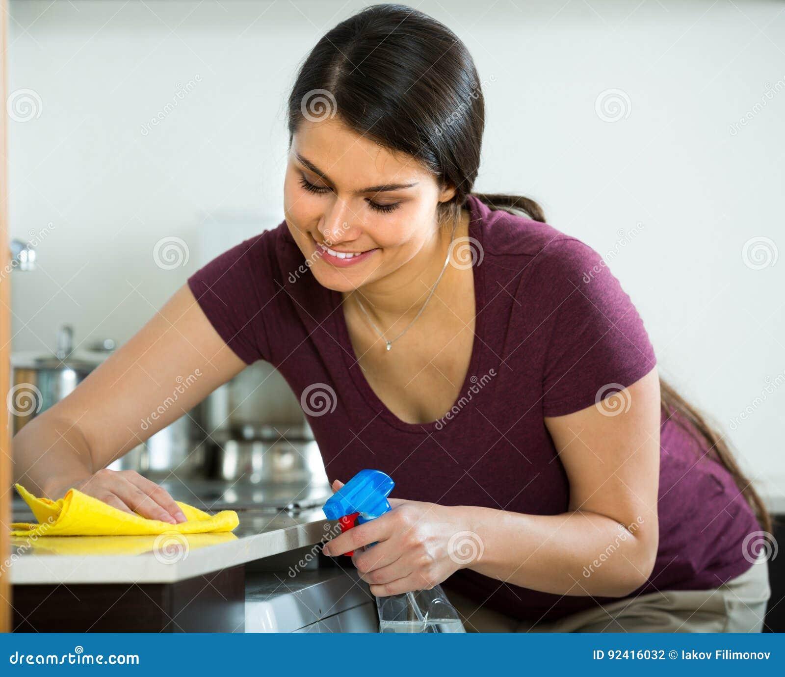 Brunetki okurzanie w kuchni