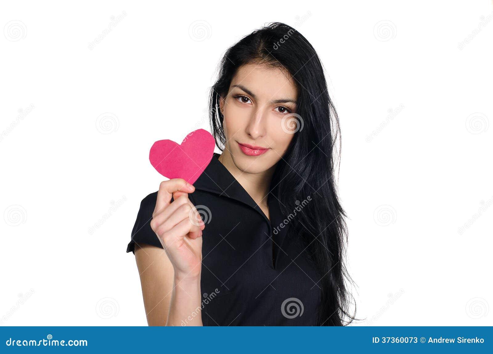 Brunett i svart klänning med hjärta som göras av papper