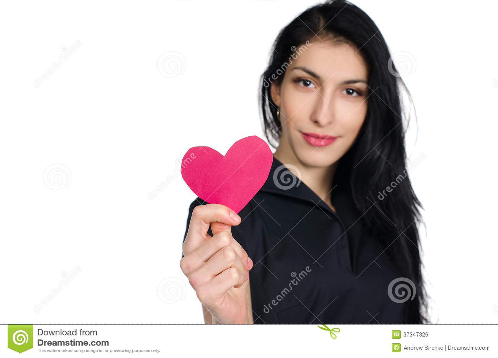 Brunette στο μαύρο φόρεμα με την καρδιά φιαγμένη από έγγραφο