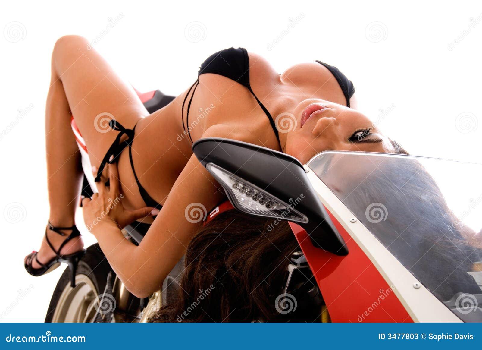 Brunette atractivo en la moto