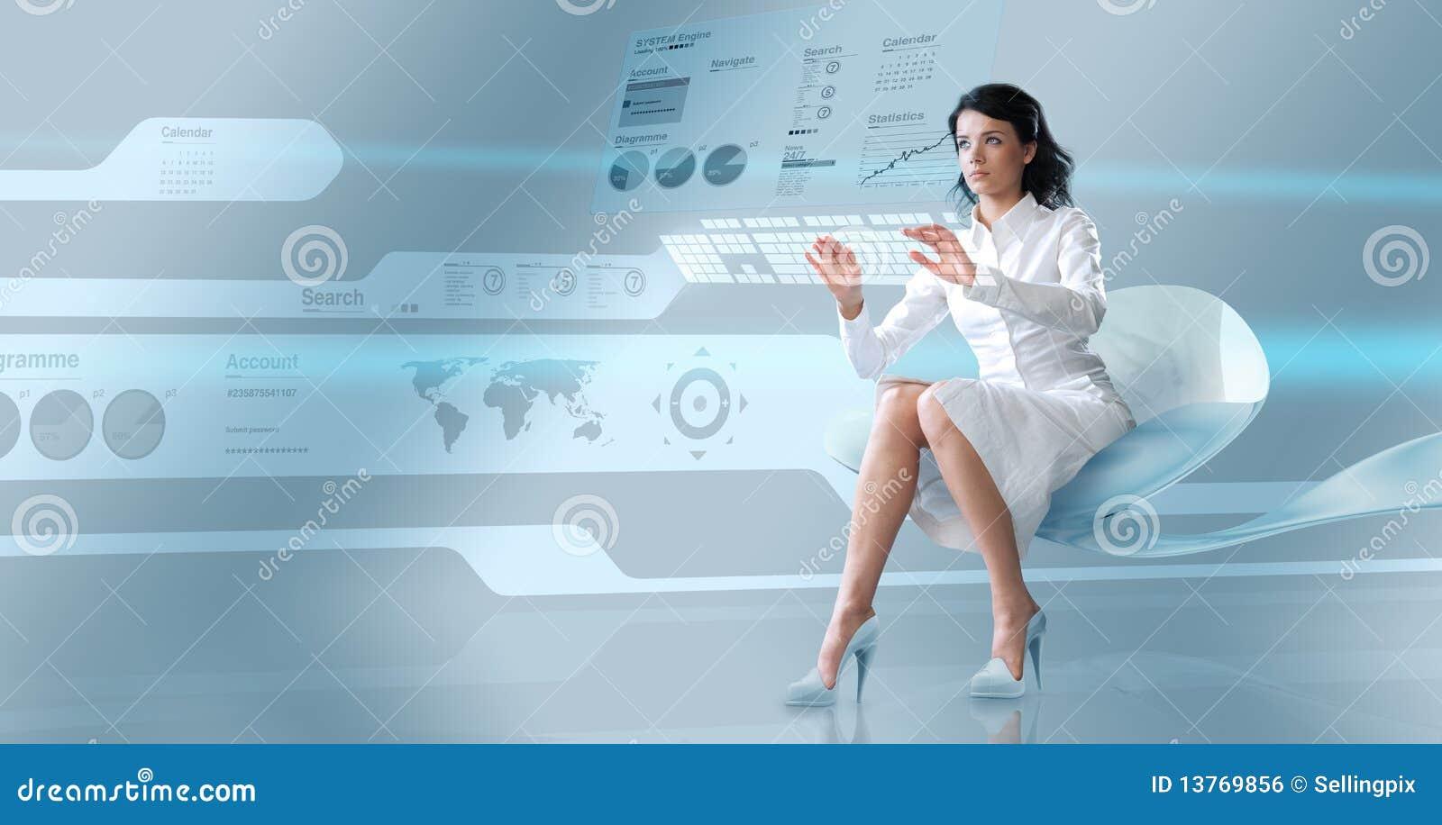 Brunette atractivo oparating el teclado virtual