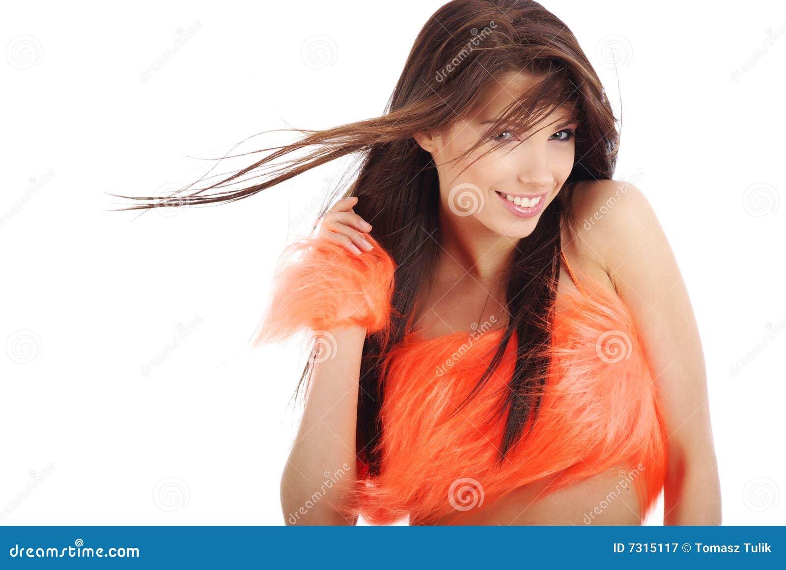 Brunette attraente in costume arancione