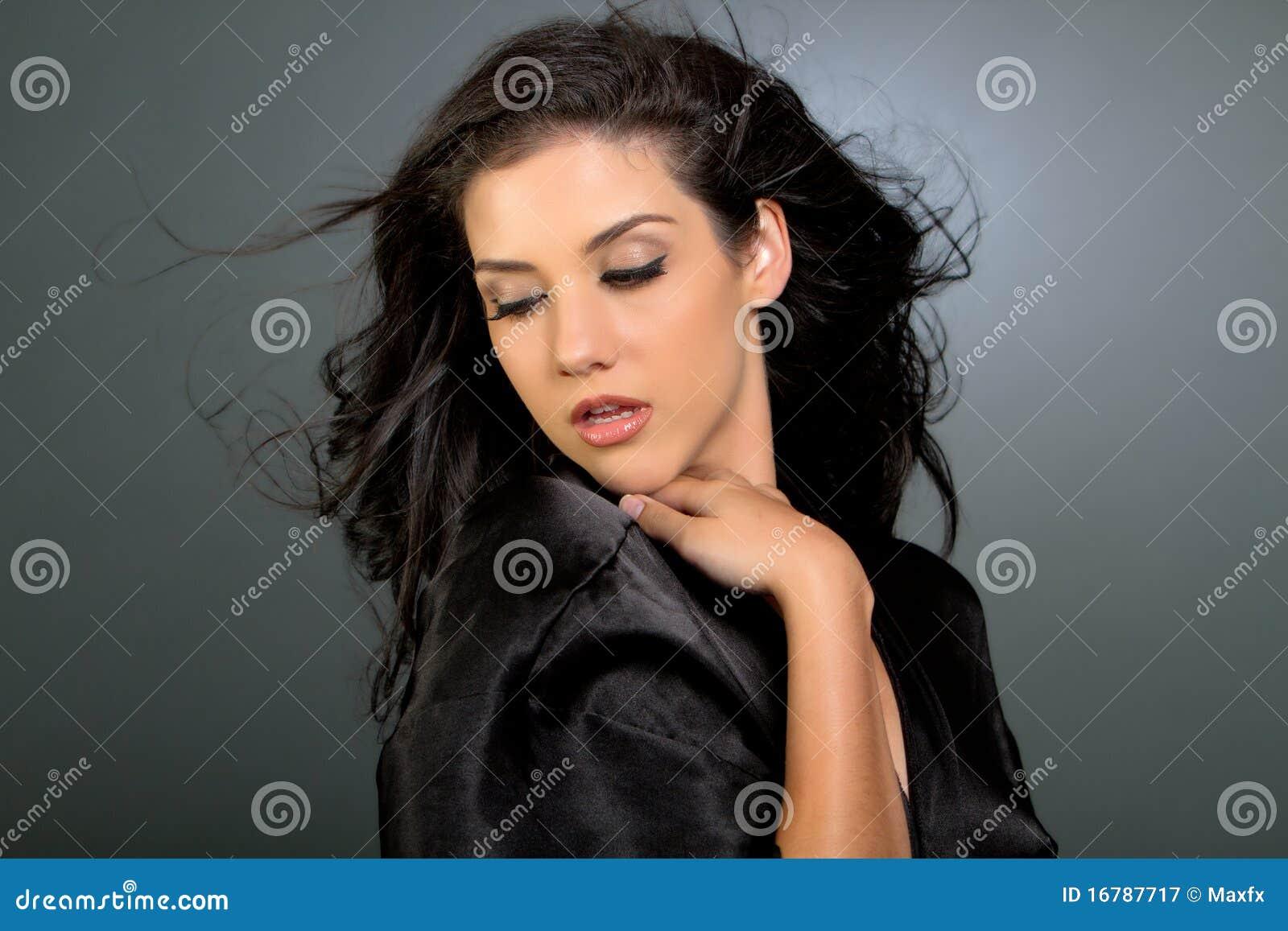 Brunette bonito com cabelo longo