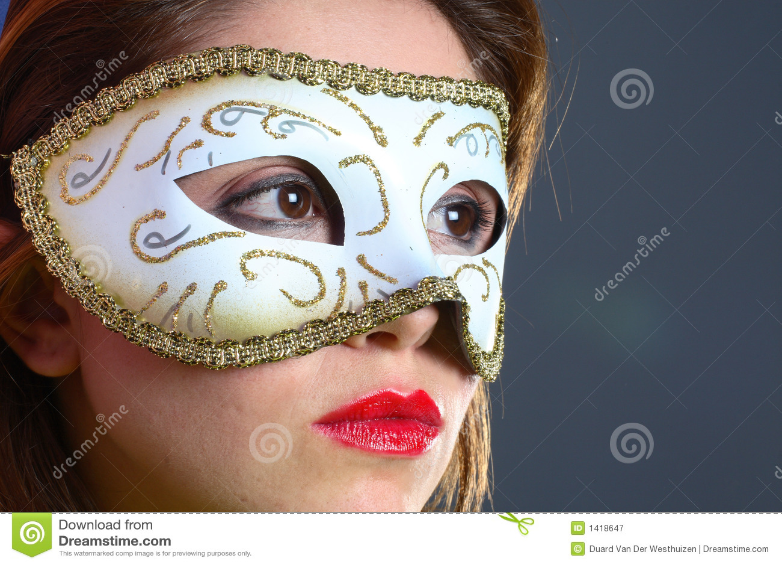 Brunette con il primo piano della mascherina