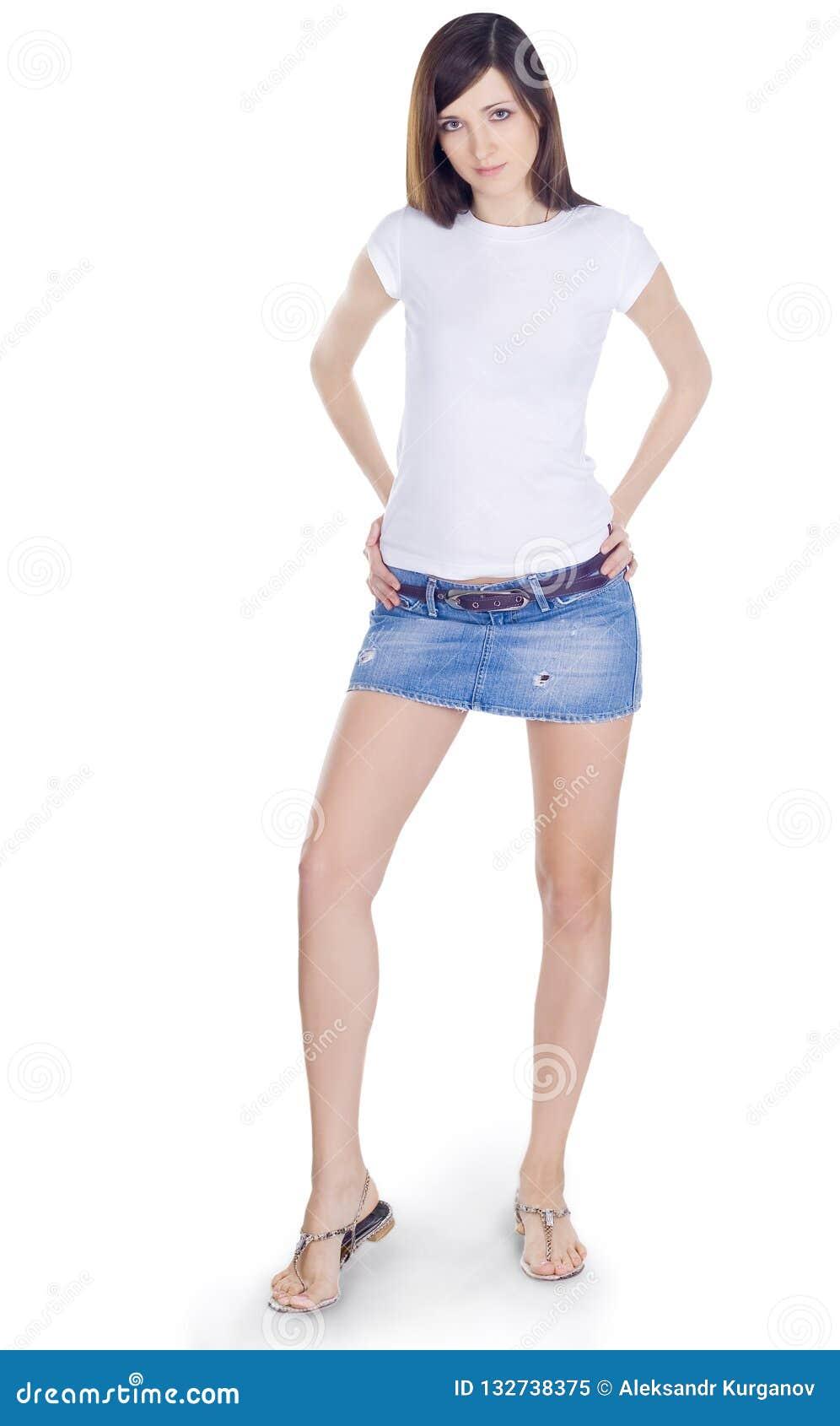 Brunette encantador na saia da sarja de Nimes
