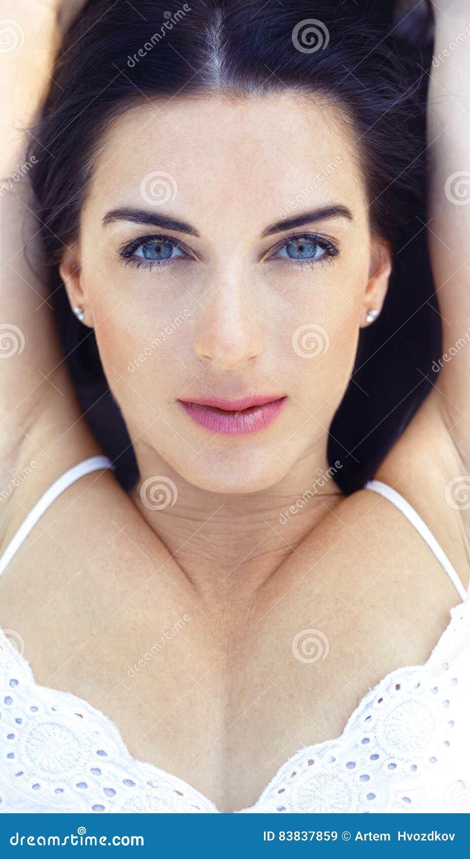 Brunette Mit Hohen Wangenknochen Stockbild - Bild von person ...