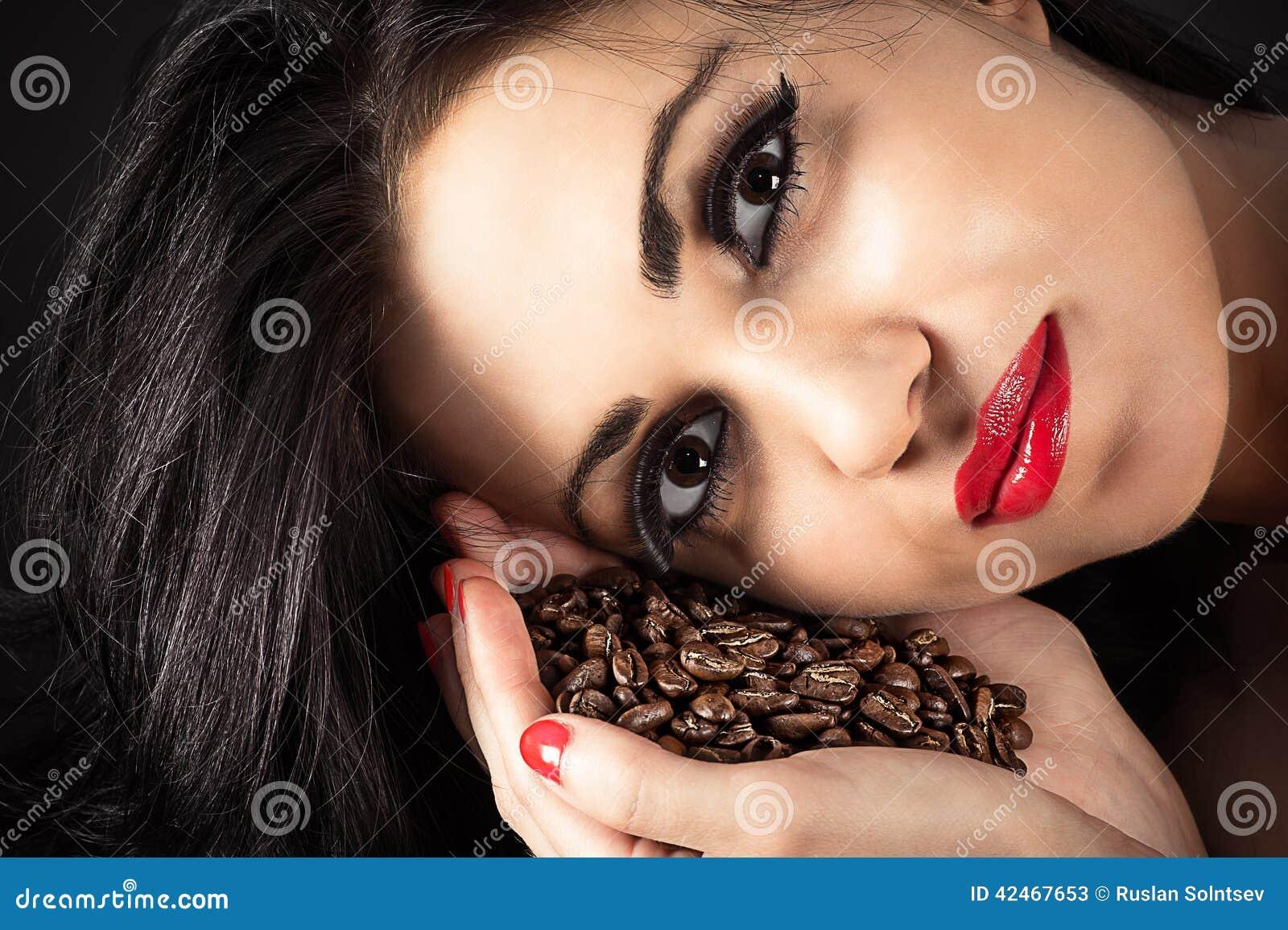 Brunette mit Kaffee in der Hand