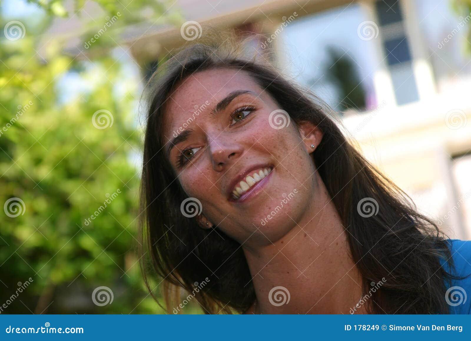Brunette sonriente