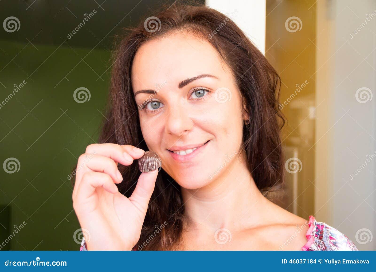 Euro brunette Katerina Hovorkova in weißen Strümpfen reibt sich Ihre muschi