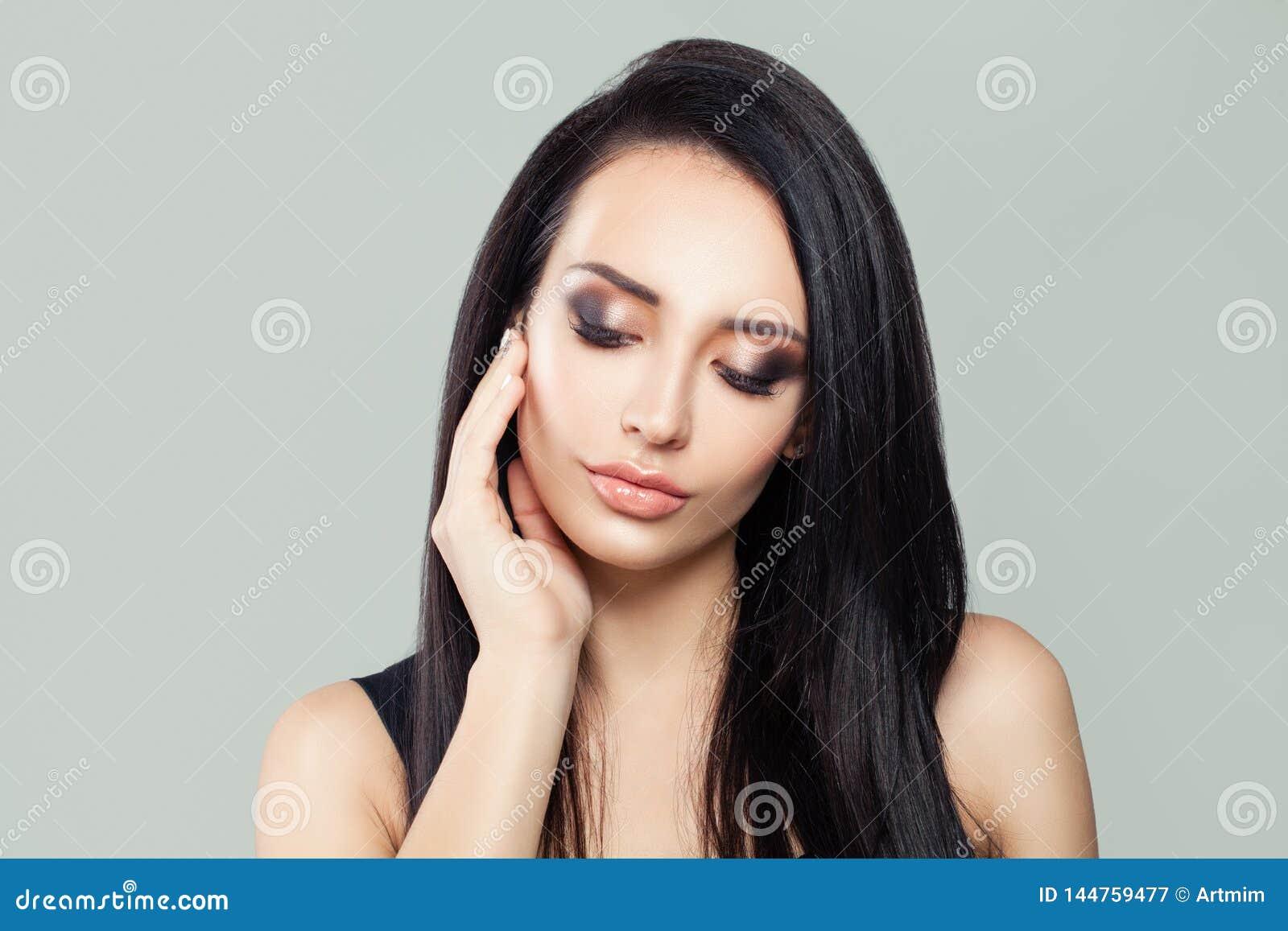 Brunette vorbildliches Frauenporträt der Schönheit