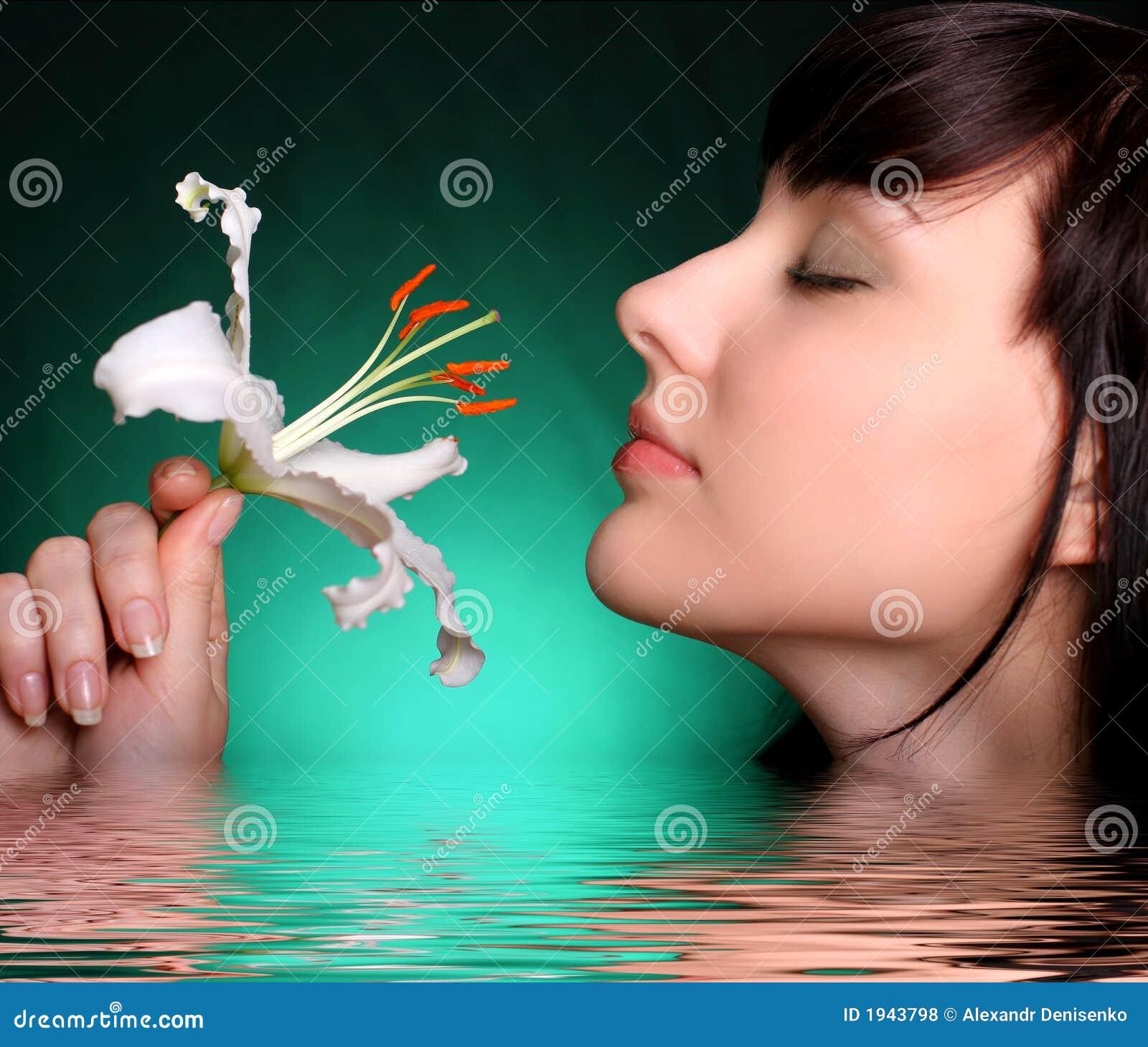 Brunetten blommar liljavattenwhite