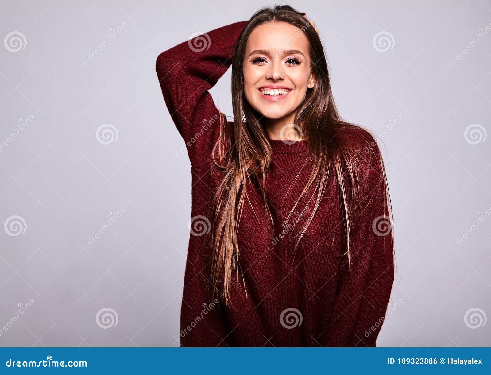 Brunettkvinnamodell i stilfull kläder som poserar i studio