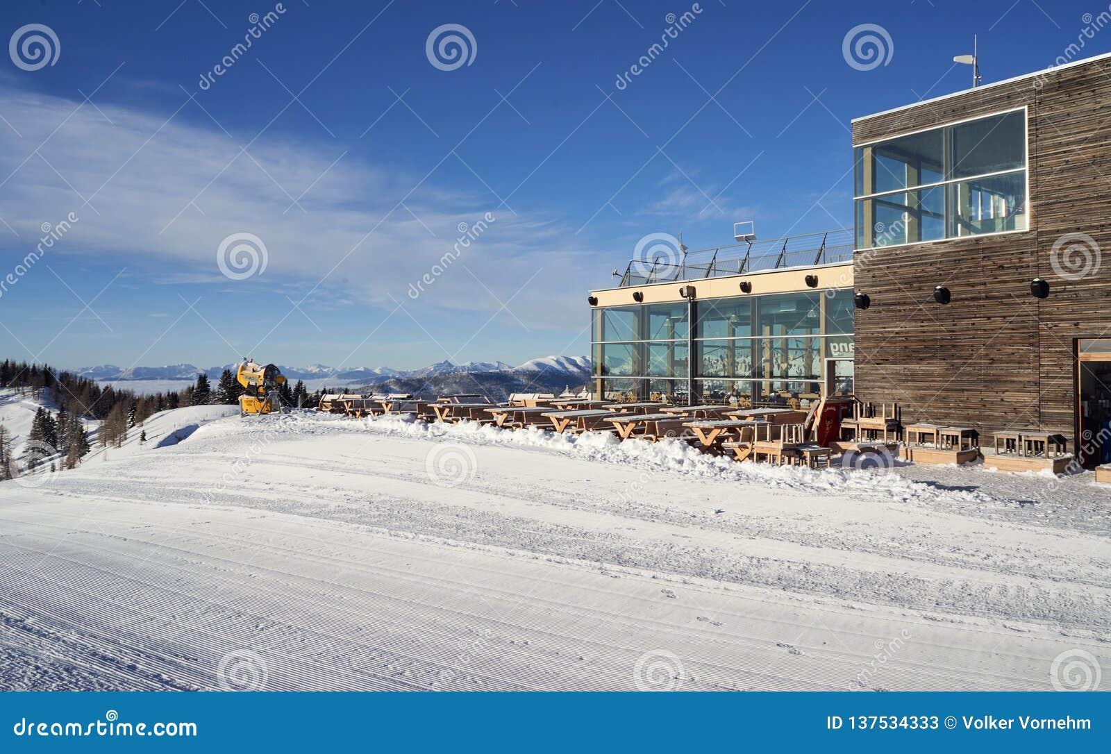 Brunnach Ski Resort, St Oswald, Carinthia, Áustria - 20 de janeiro de 2019: Na estação Brunnach da montanha em St Oswald, Áustria