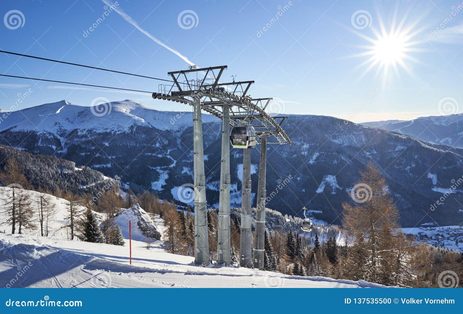 Brunnach Ski Resort, St Oswald, Carinthia, Áustria - 20 de janeiro de 2019: Vista nas últimas colunas da parte superior da gôndol