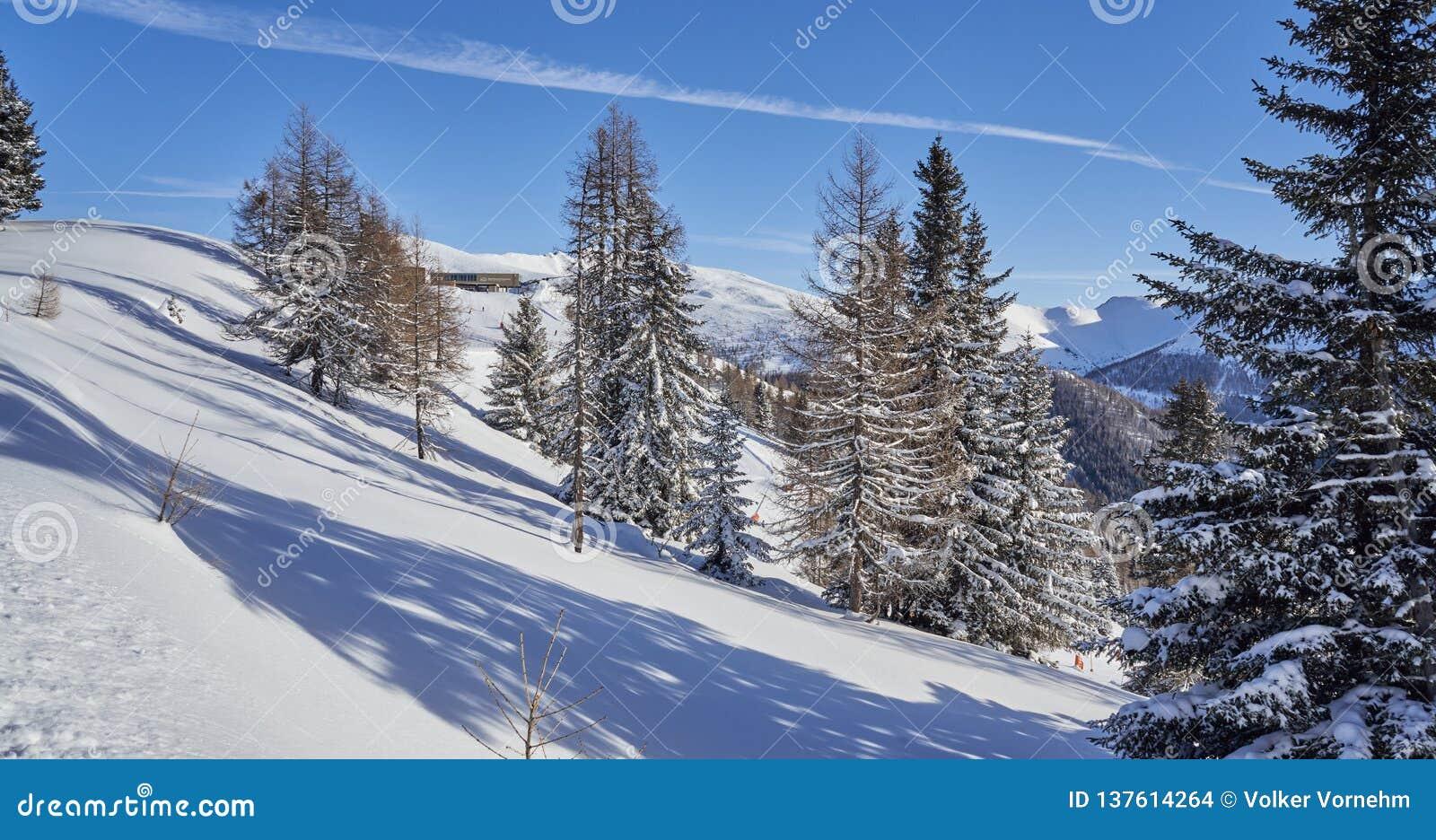 Brunnach Ski Resort, St Oswald, Carinthia, Áustria - 20 de janeiro de 2019: Vista sobre a paisagem do inverno à estação da montan