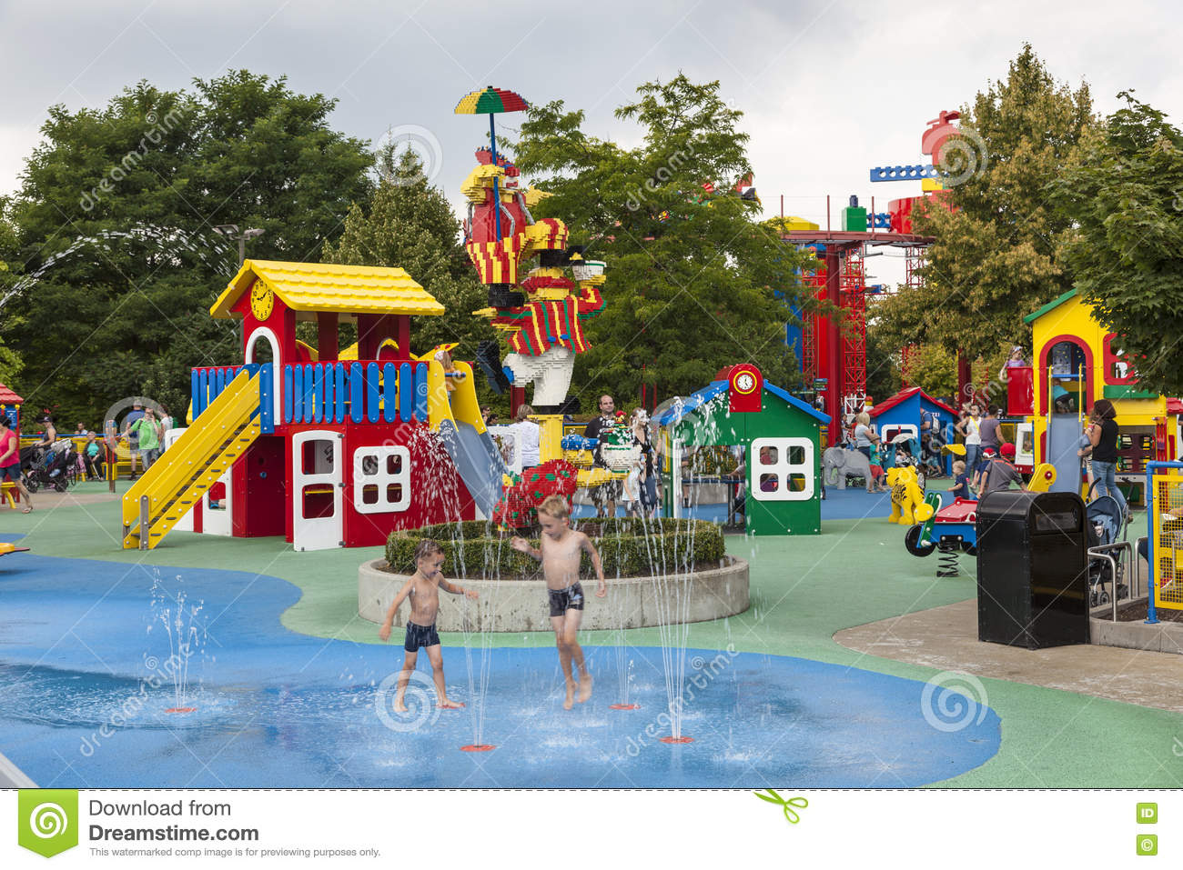 brunnen beim legoland deutschland redaktionelles stockbild bild von aktivit t kinder 76749029. Black Bedroom Furniture Sets. Home Design Ideas