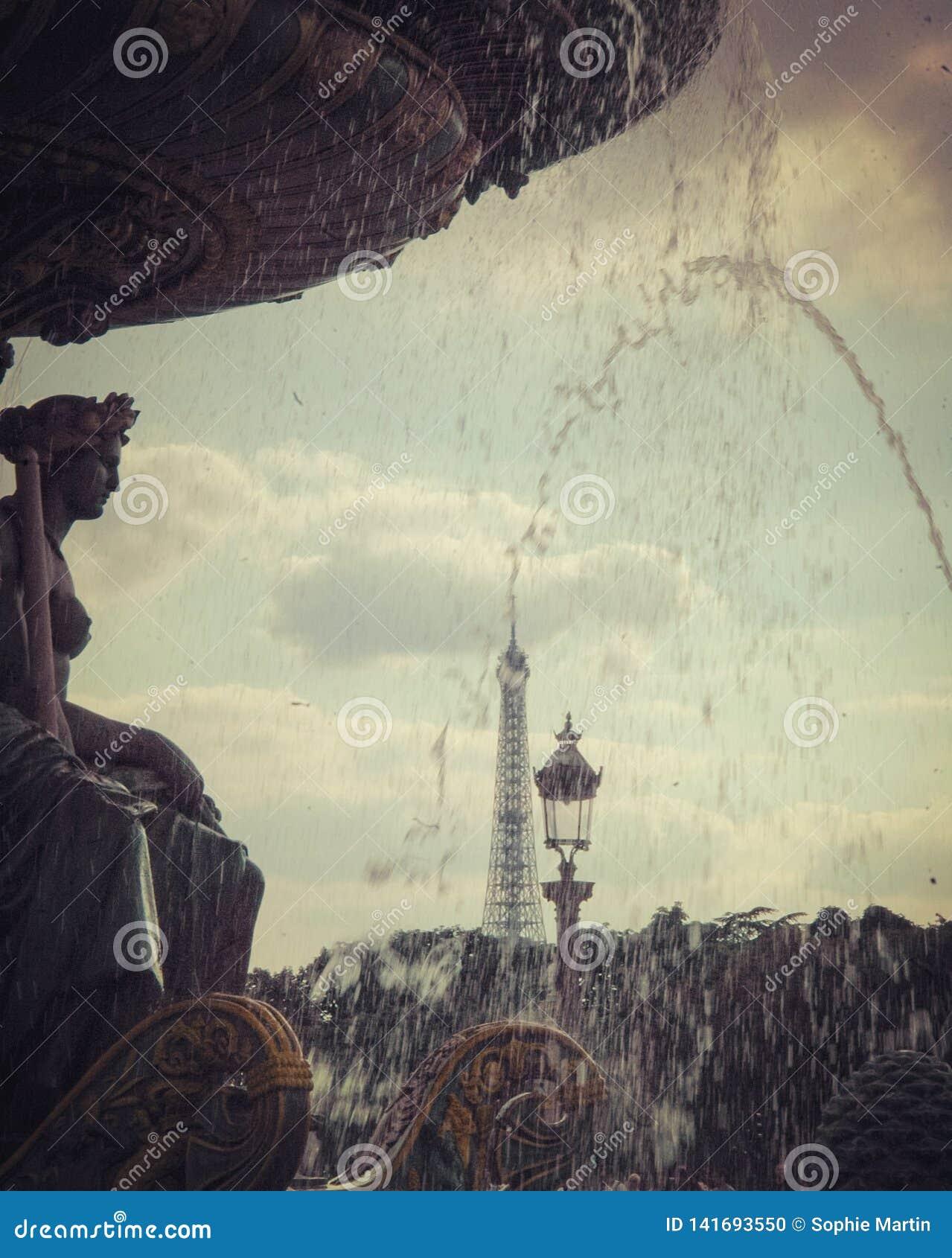 Brunnen von u. x22; La Concorde& x22; , Statue und Eiffelturm