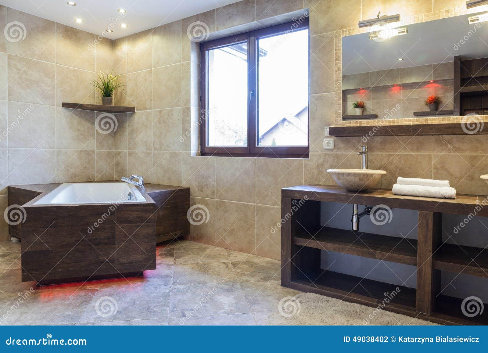 Brunt badrum i modernt hus arkivfoto   bild: 49038402