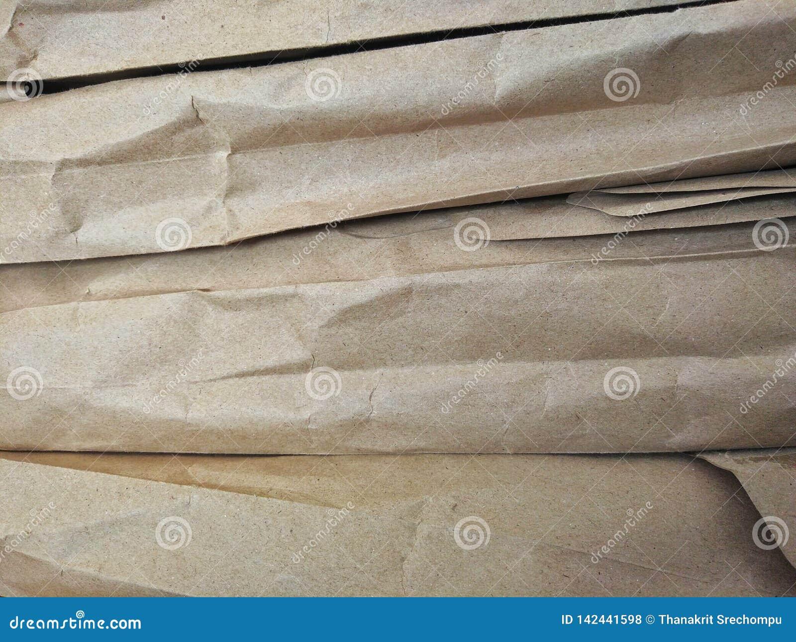 Brunt papper som ordnas i lager