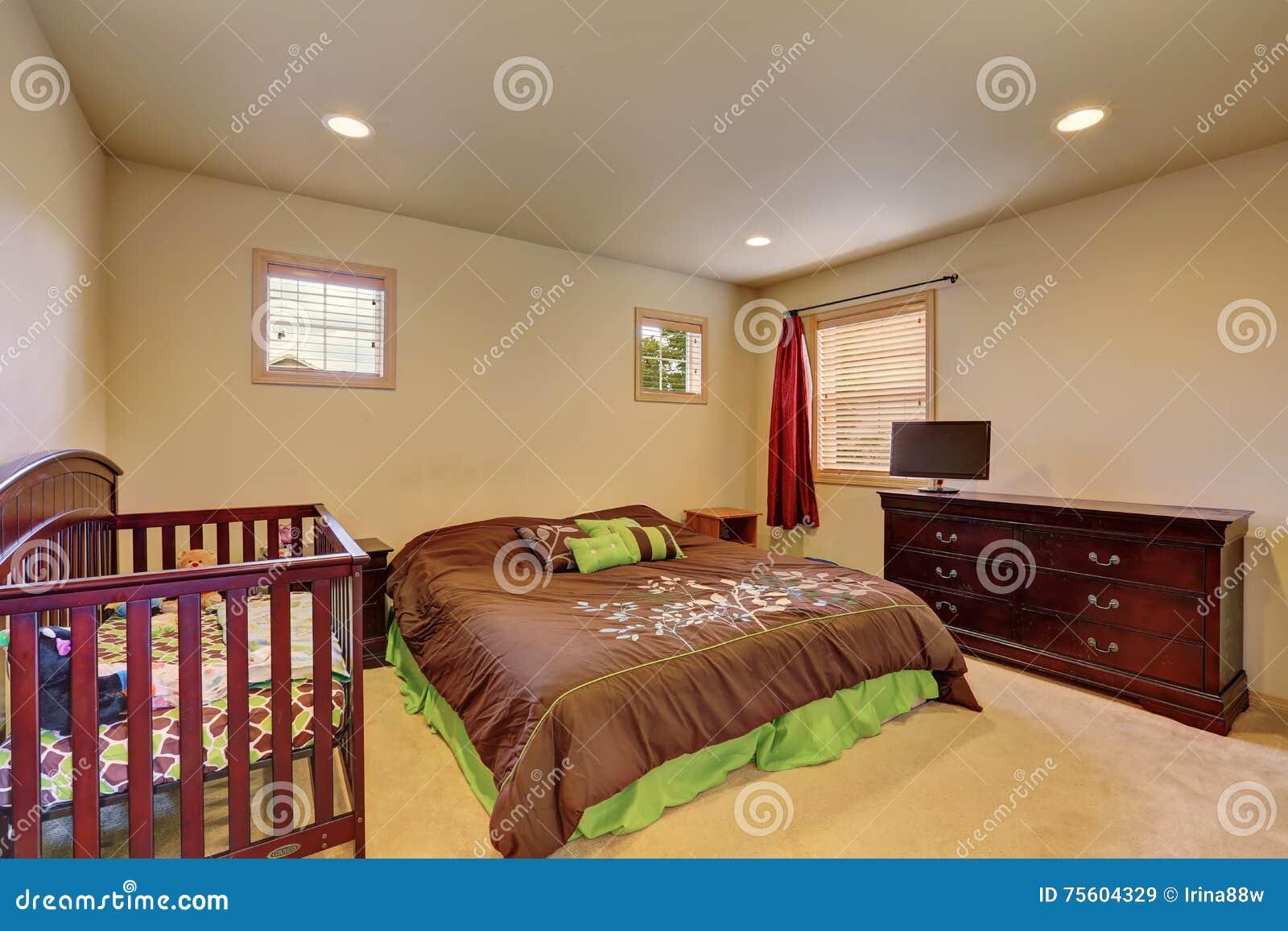 Brunt sovrum med lathunden och tappningbyrån arkivfoto   bild ...