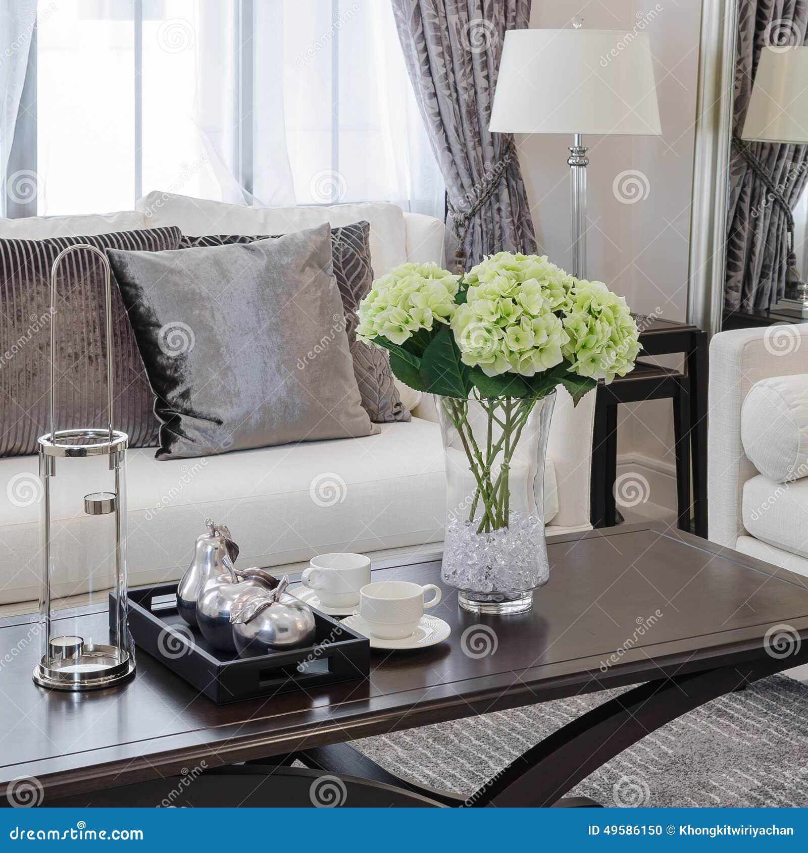 Bruntkuddar på soffan i lyxig vardagsrum arkivfoto   bild: 49586150