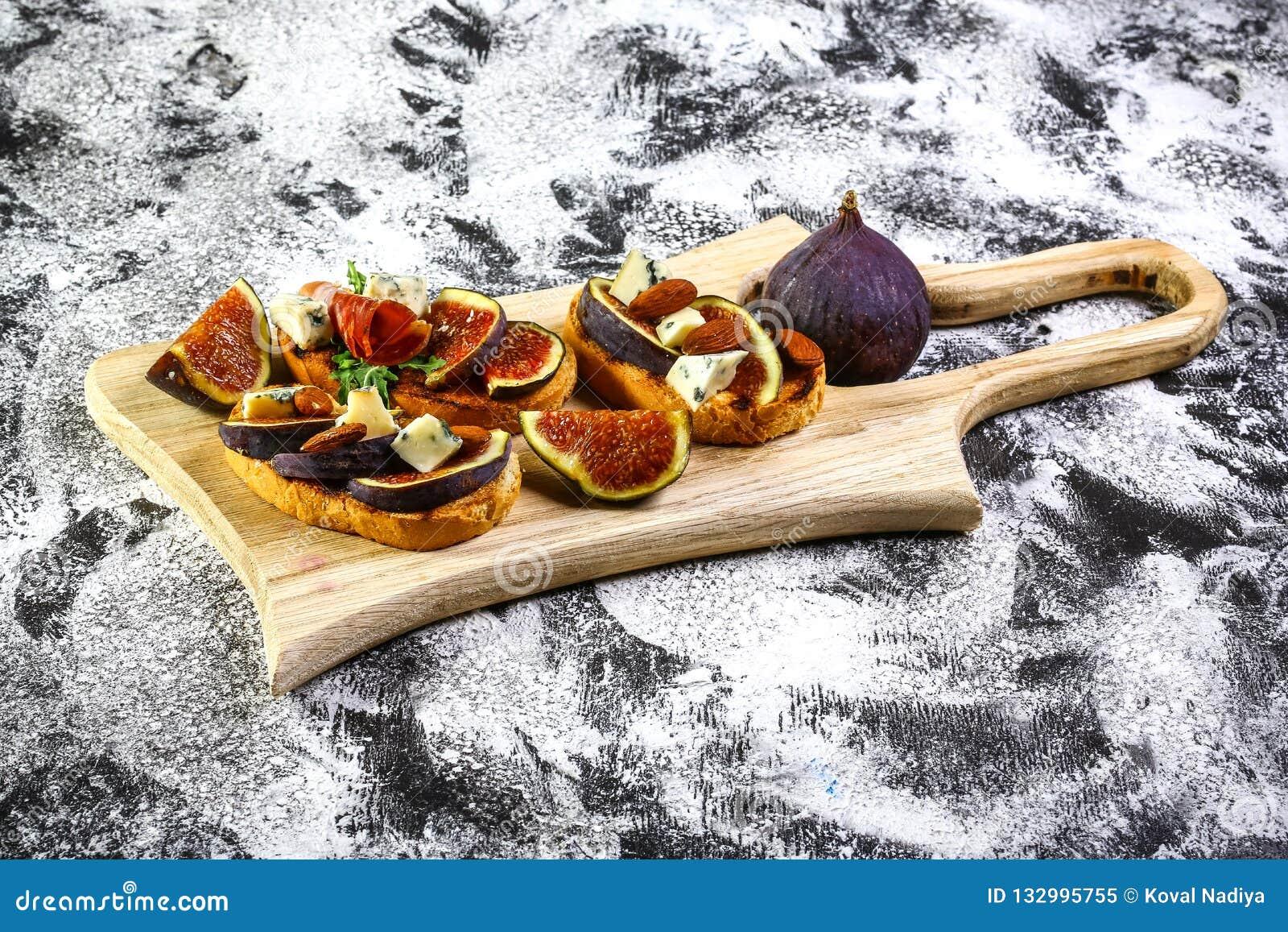 Bruschetta со смоквами с сыром, медом Итальянская закуска Плоское положение Взгляд сверху вес потери принципиальной схемы dieting