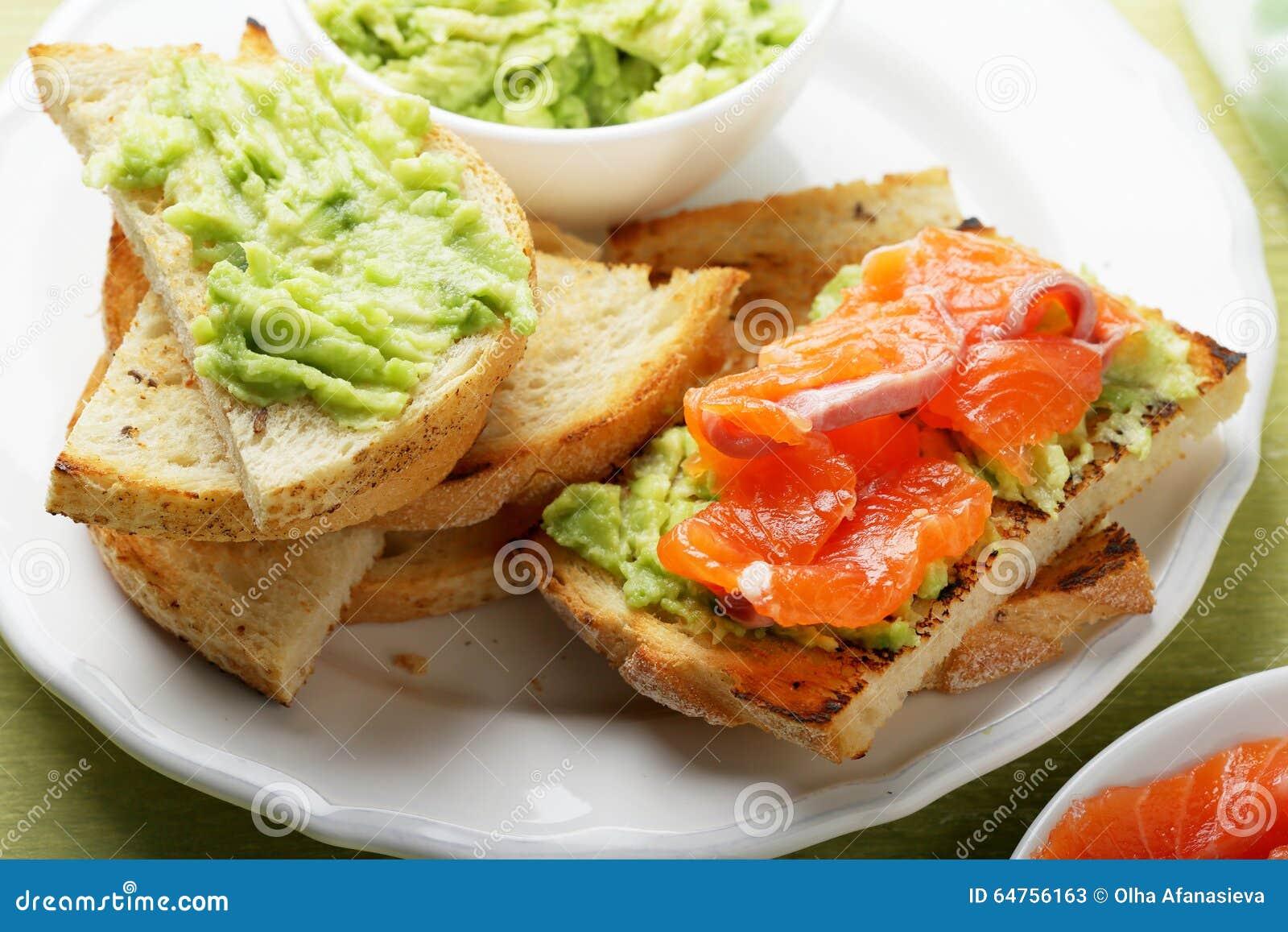Bruschetta con la salsa de los salmones y del aguacate