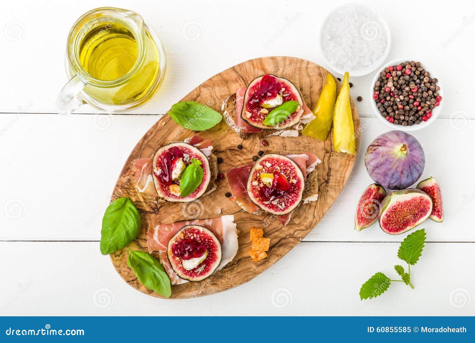 Bruschetta con los higos y el jamón