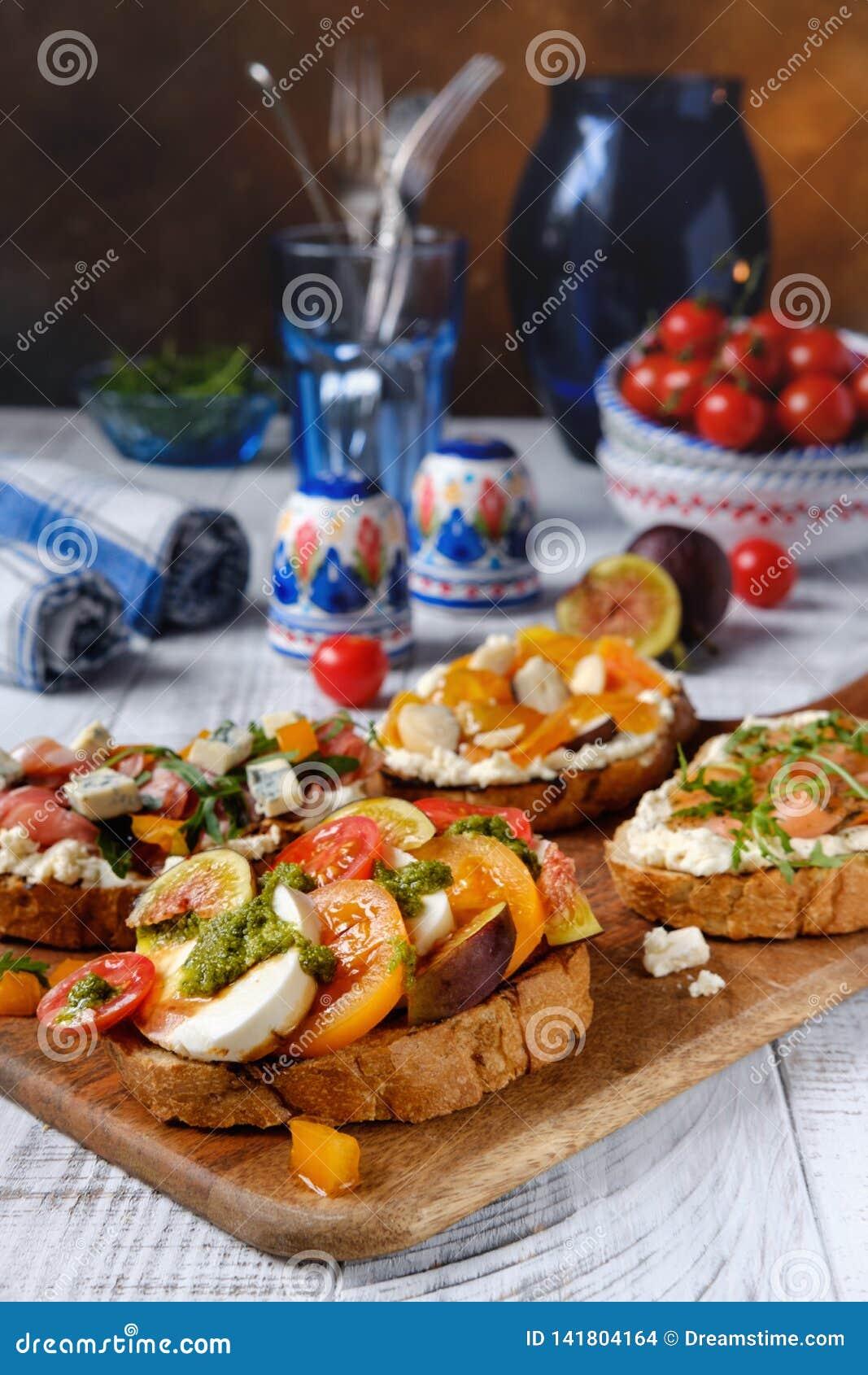 Bruschetta italiano com mussarela e tomate