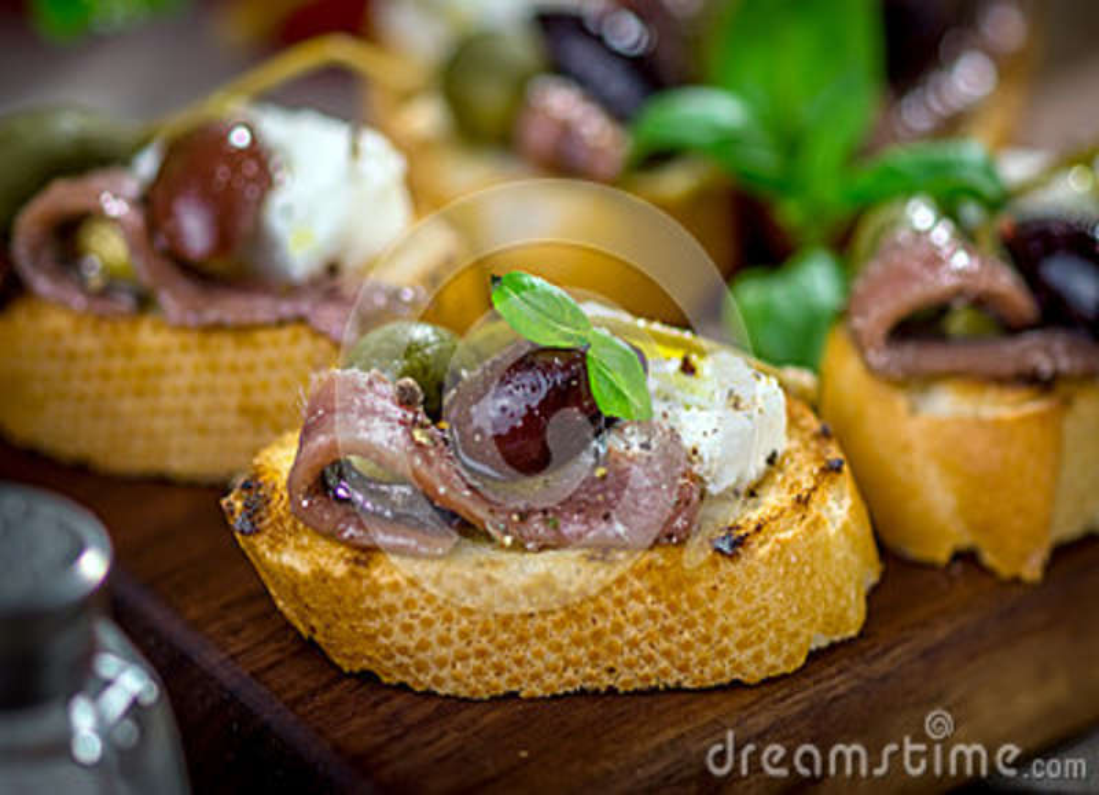 Bruschetta sabroso con la anchoa, alcaparra, aceite de oliva