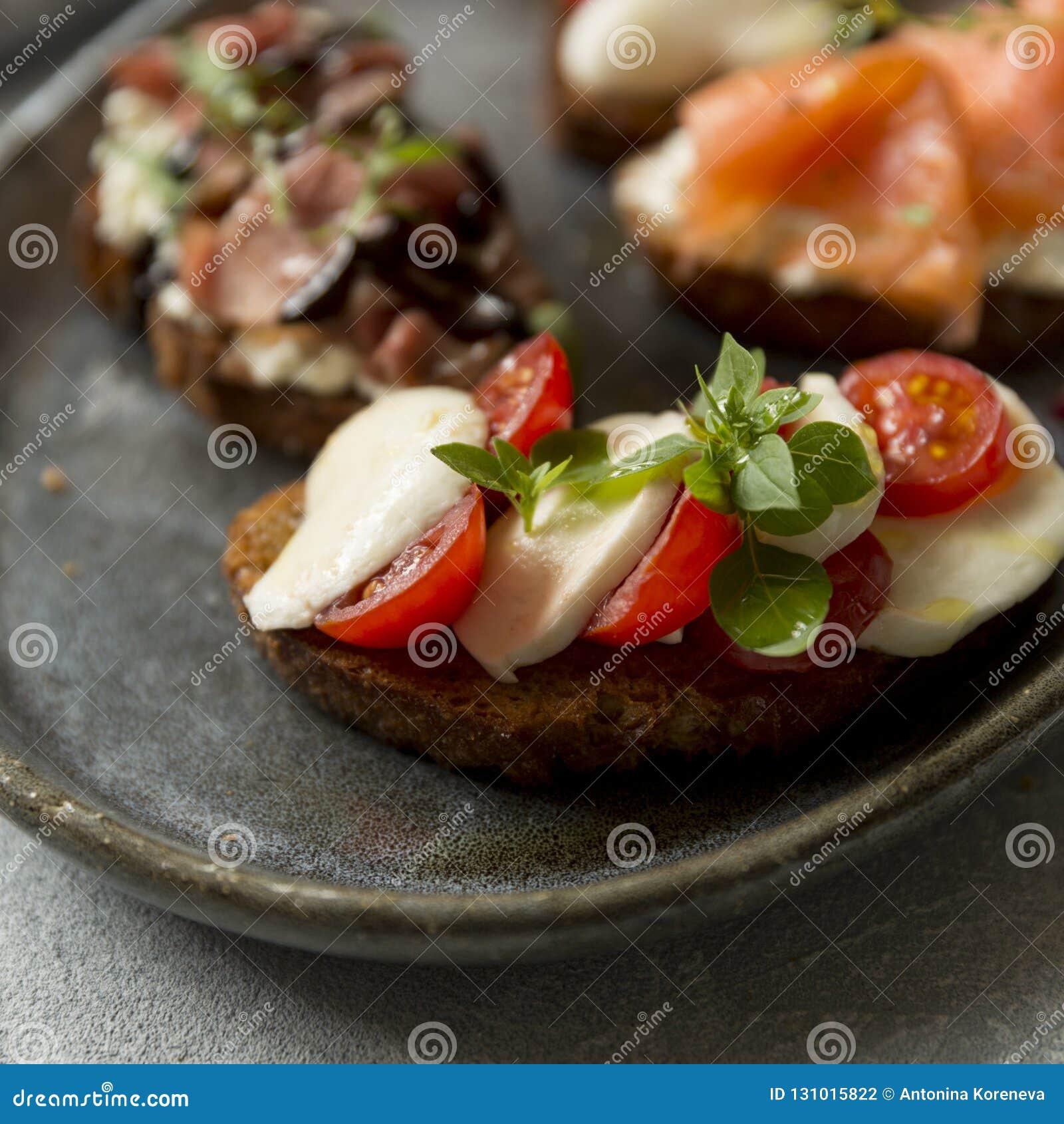 Bruschette avec du mozzarella et tomates et basilic