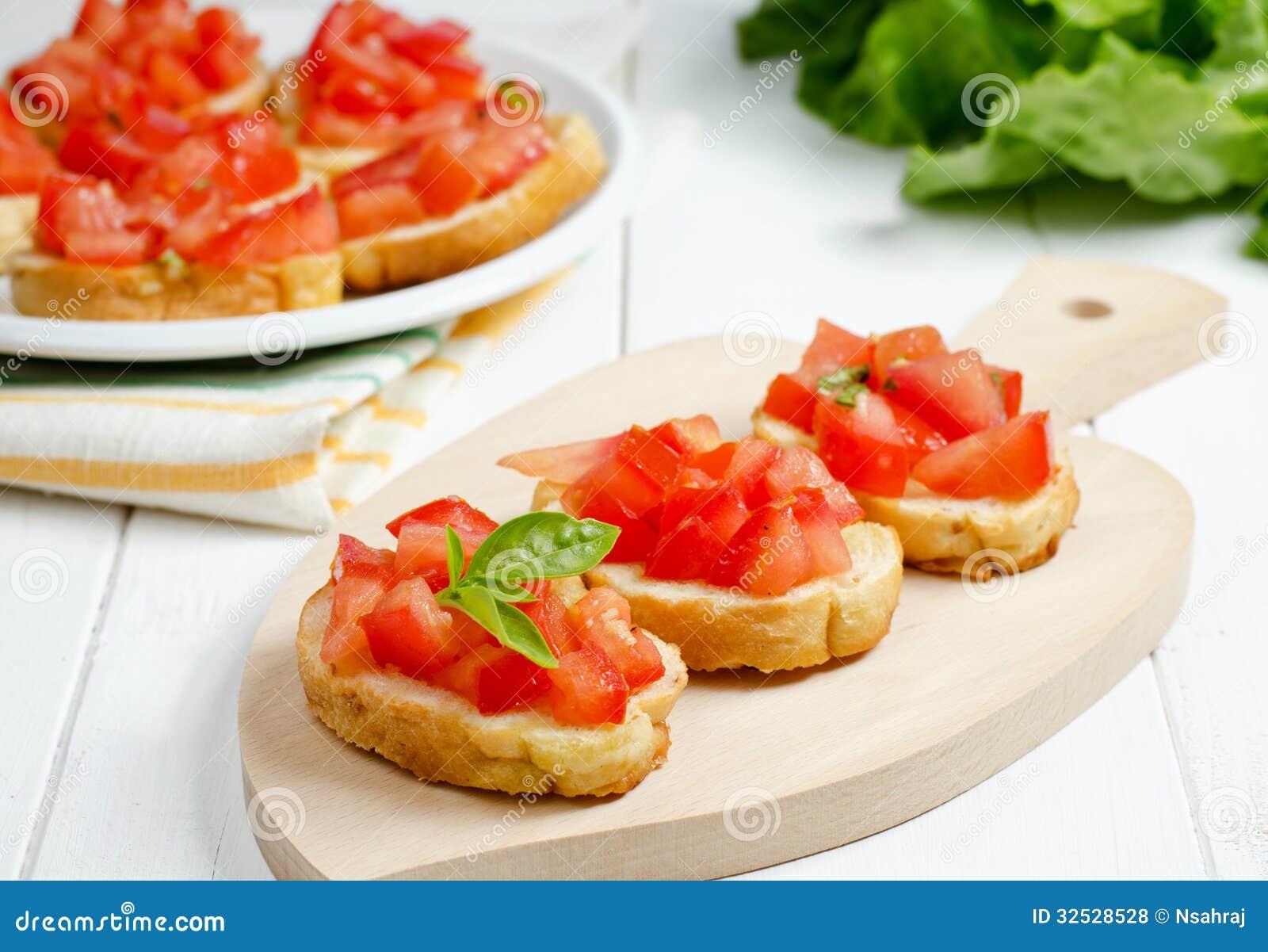 Bruschette avec la tomate