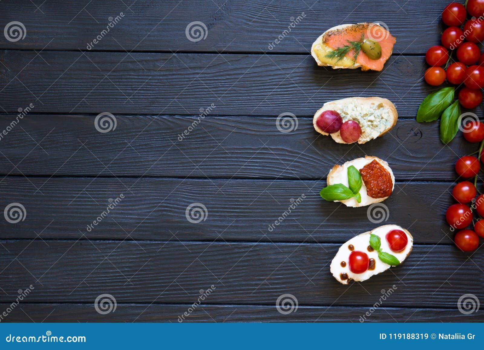 Bruschettes d apéritif avec des tomates, saumons, fromage crémeux, basi