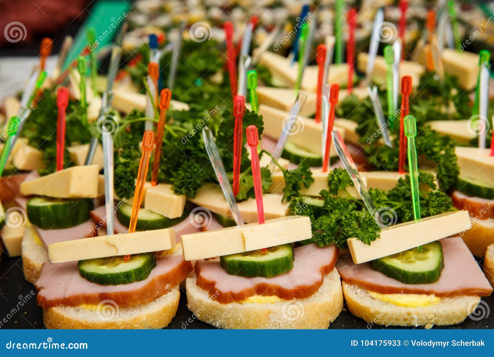 Bruschetti of canapes met kaas, olijven, ham, komkommer