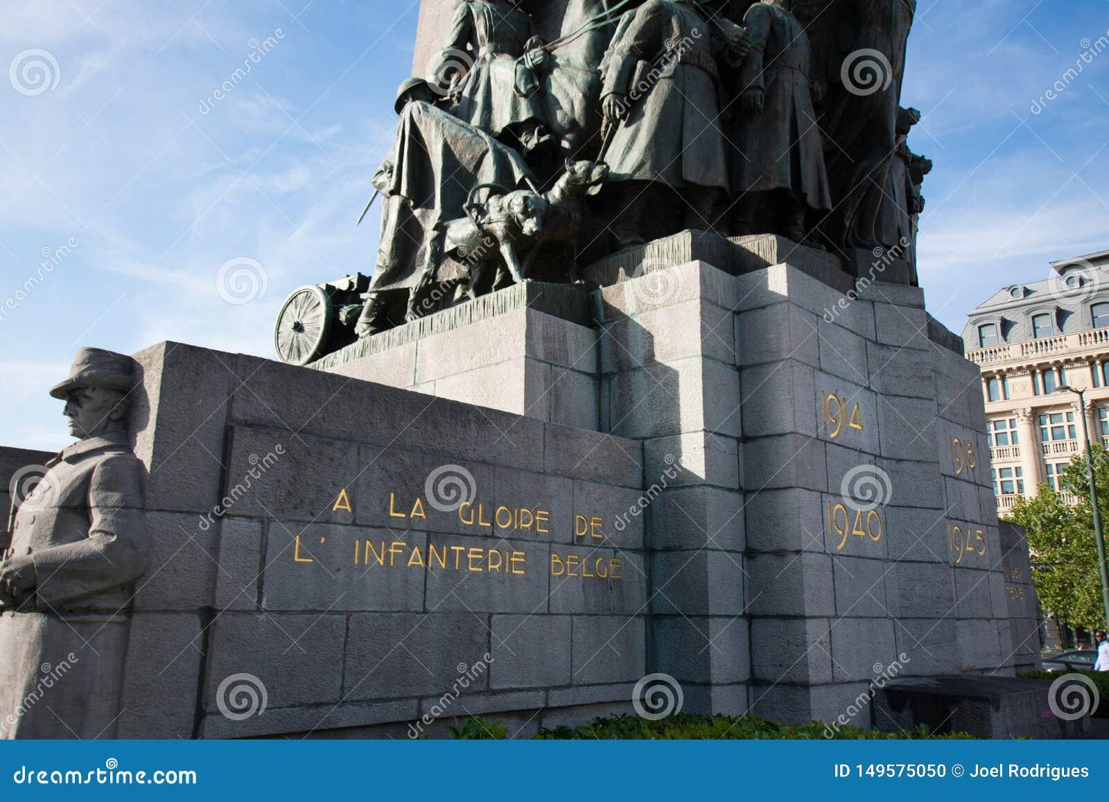Bruselas, Bélgica - 11 de agosto de 2018: Monumento de Bruselas a los soldados muertos en la primera y Segunda Guerra Mundial en