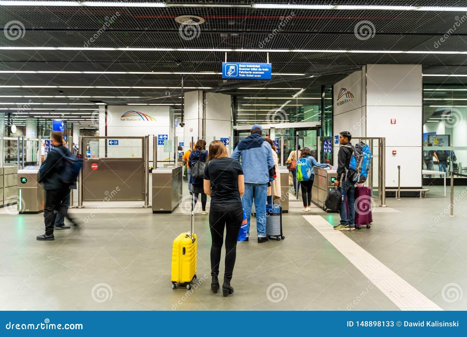 Bruselas, B?lgica, mayo de 2019 Bruselas, estaci?n de tren de los aeropuertos, gente en el control del boleto