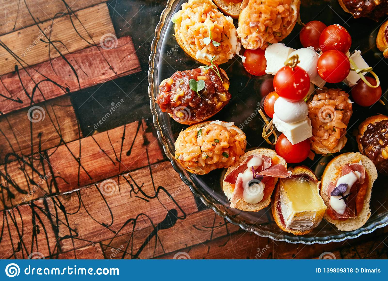Brushetta или традиционные испанские тапы Закуски antipasti закусок итальянские установленные с вином Взгляд сверху и квартира кл