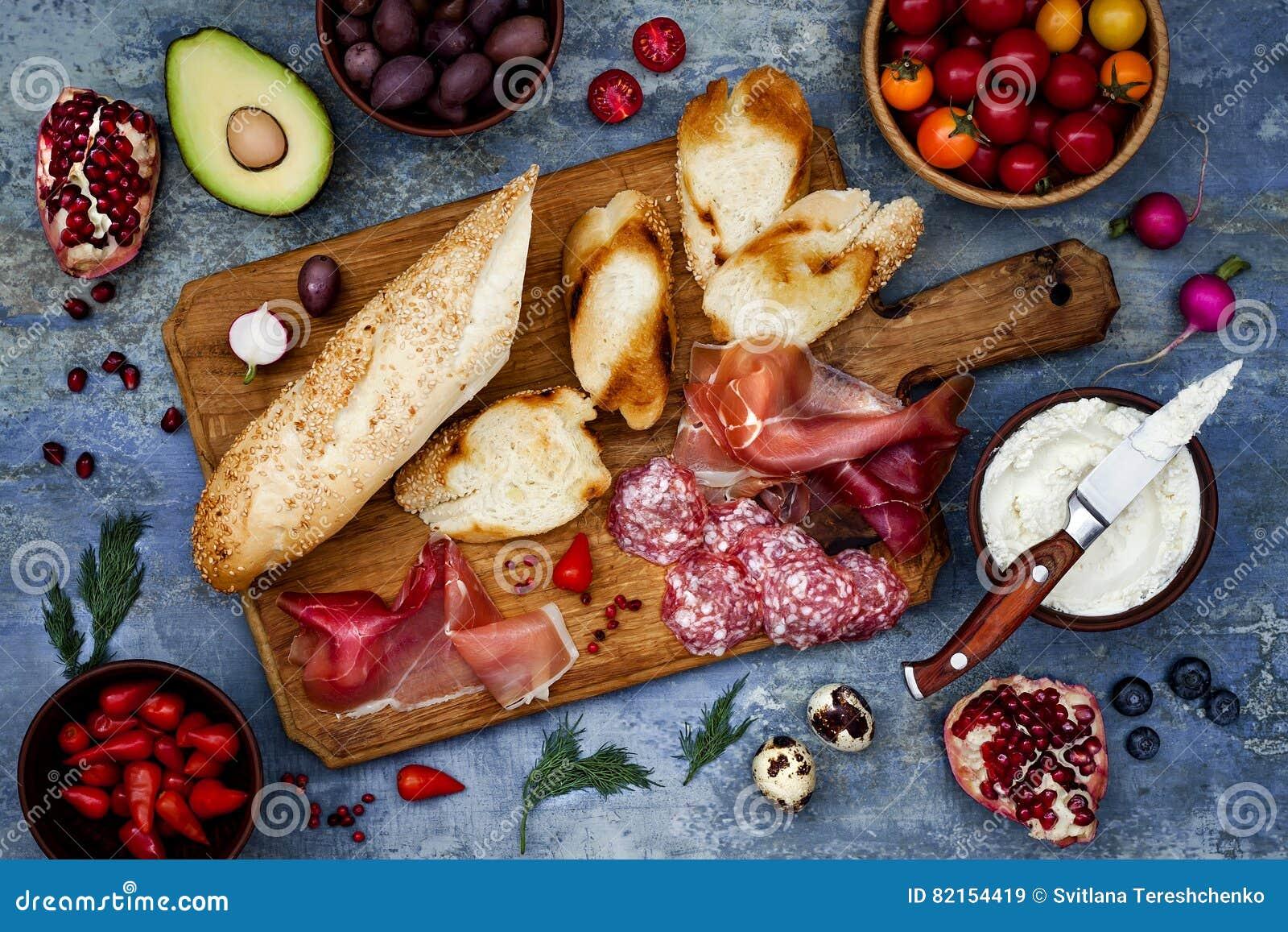 Brushetta ou os tapas espanhóis tradicionais autênticos ajustaram-se para a tabela do almoço Compartilhando de antipasti no tempo