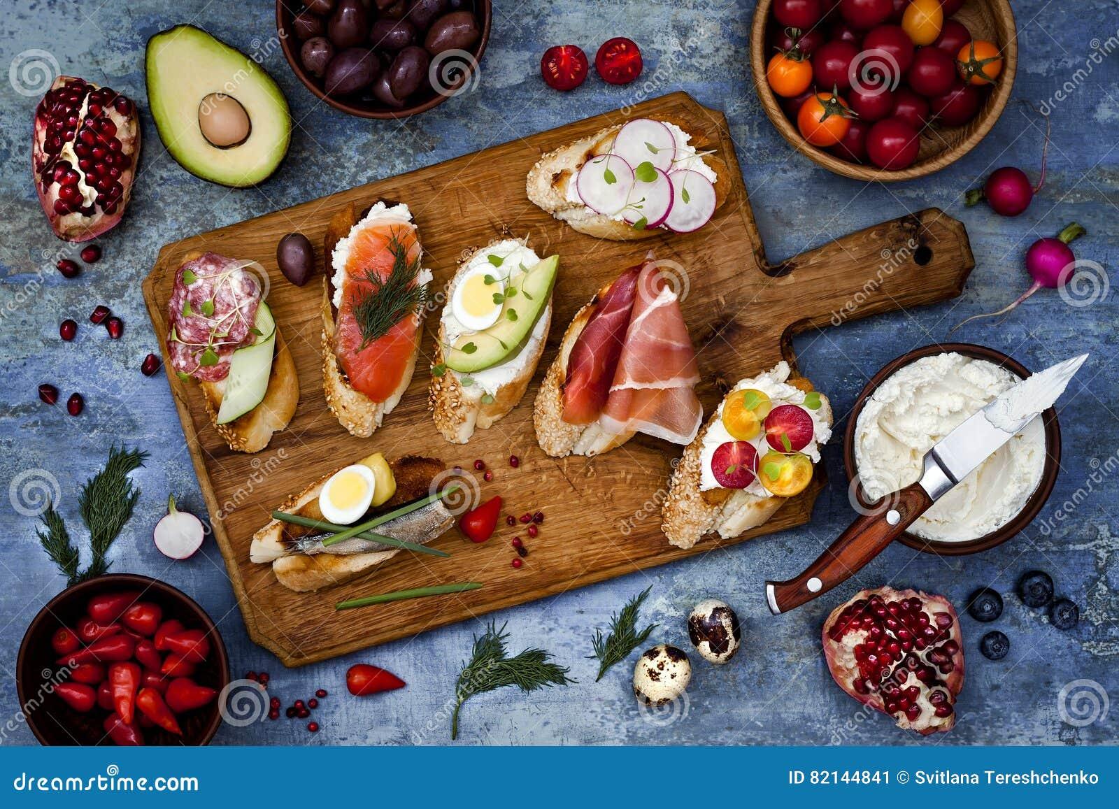 Brushetta ou tapas espagnols traditionnels authentiques a placé pour la table de déjeuner Partager des antipasti le temps de piqu
