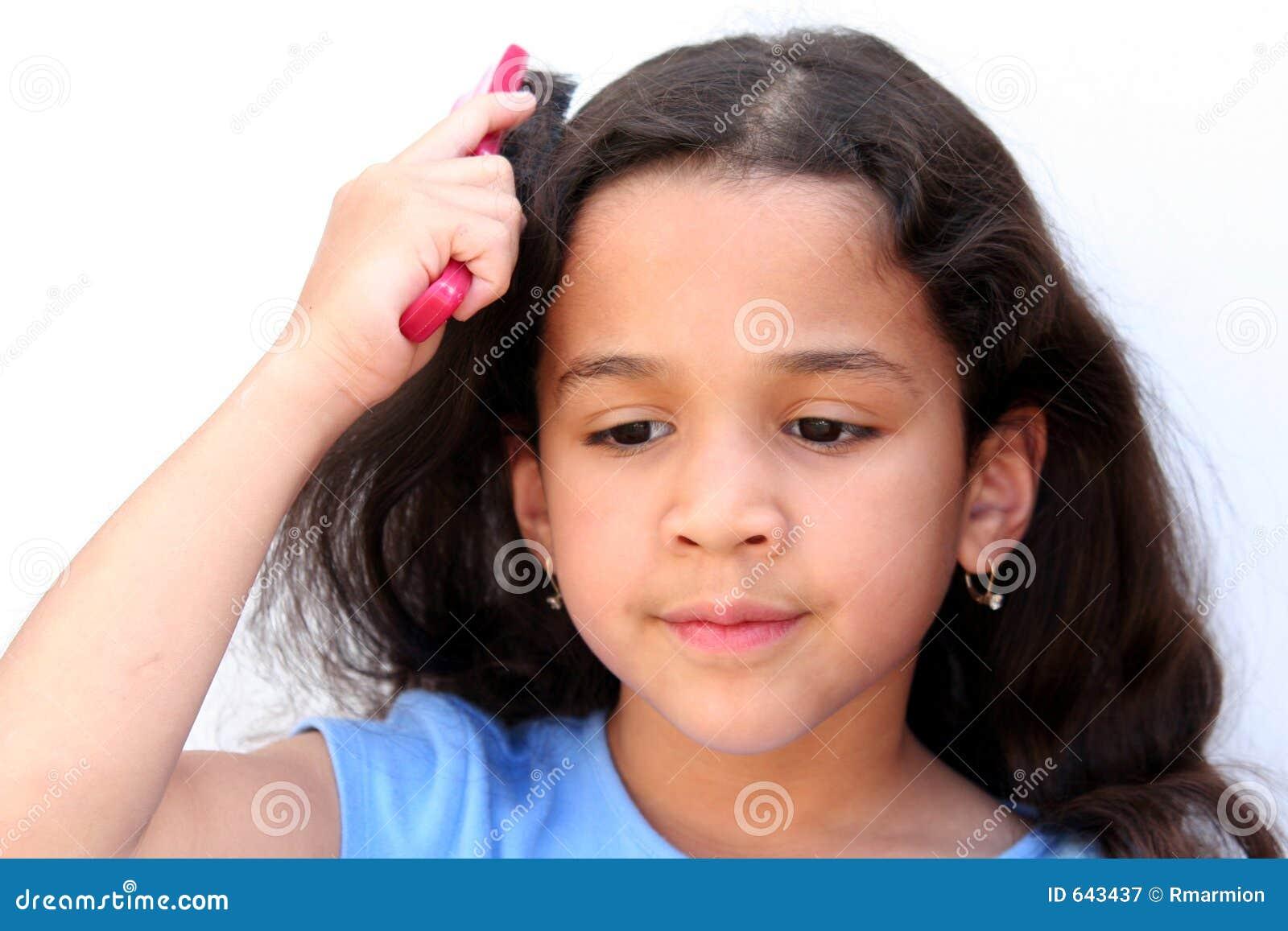 Download Brusing волосы девушки стоковое изображение. изображение насчитывающей детство - 643437