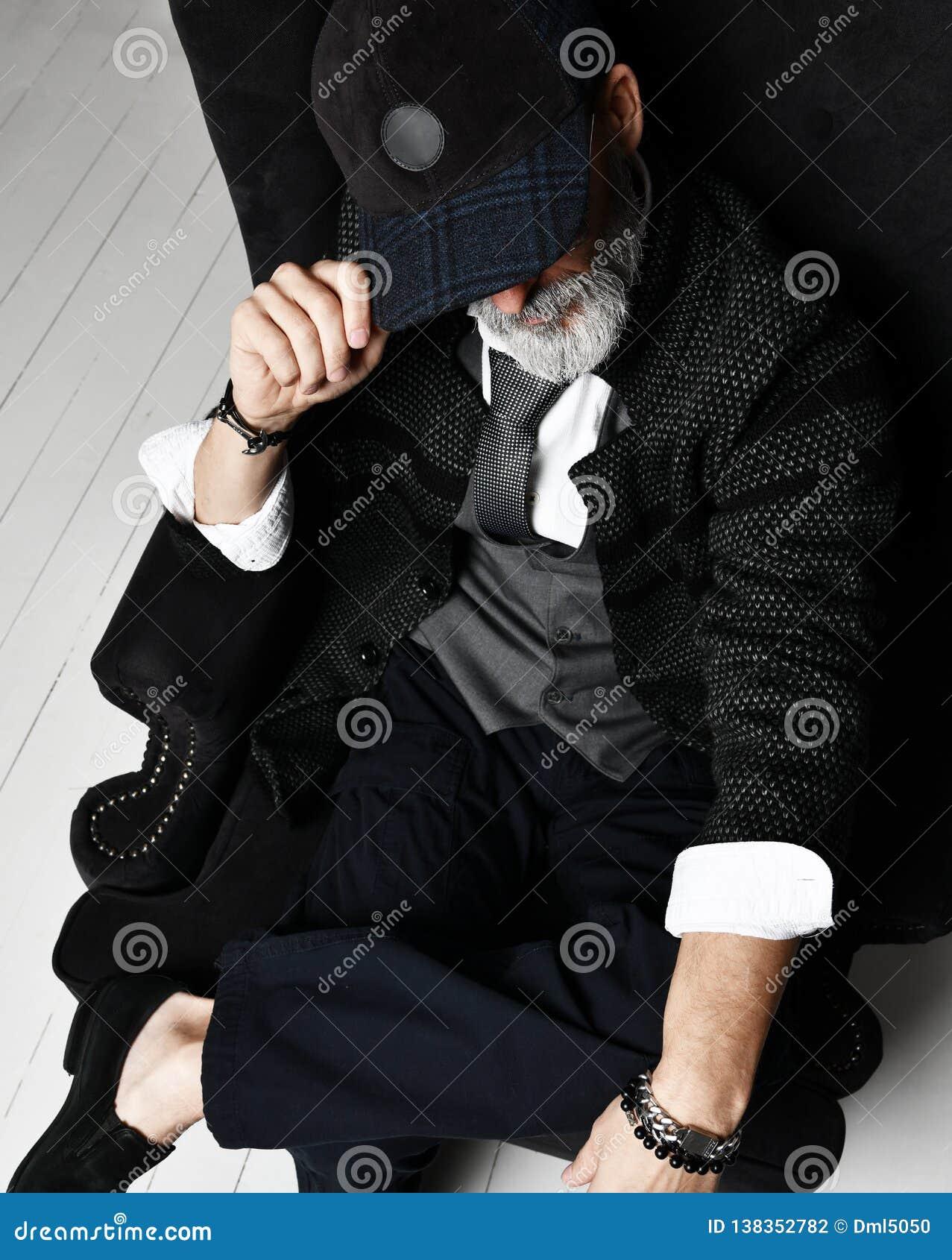 Brutal hög miljonärman i omslag för tweed för waistcoat för klassiskt för skjortavinter för dräkt vitt lock grått och att binda s