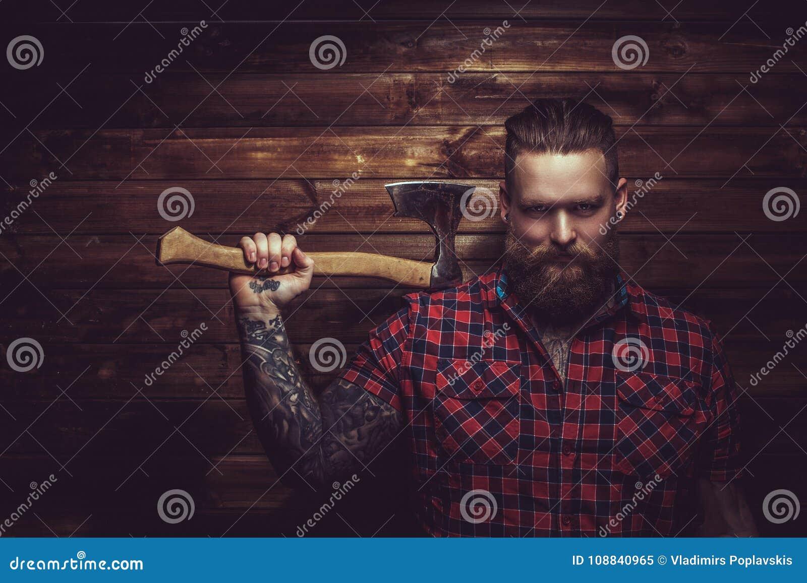 Brutal man med skägget och tattooe