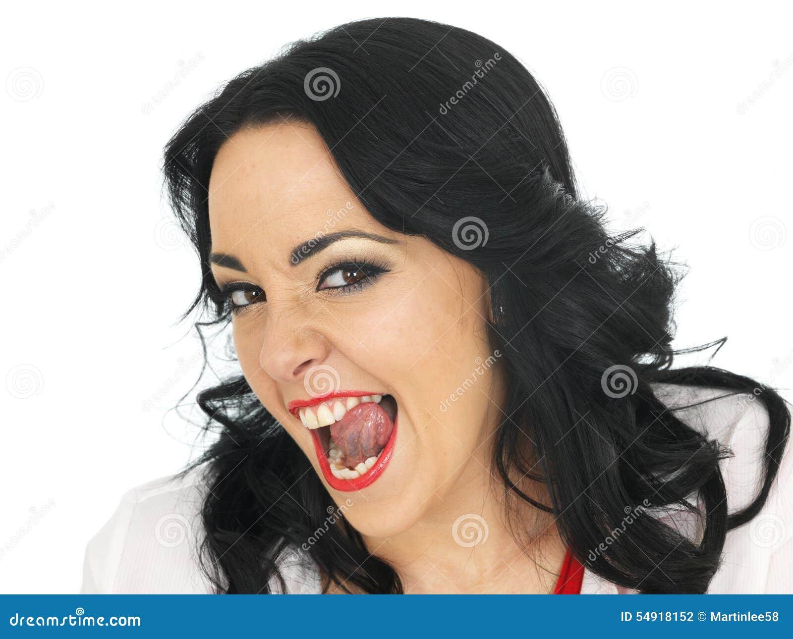 Brutale Mooie Jonge Spaanse Vrouw die Dwaze Gezichten uit trekken en Tong plakken