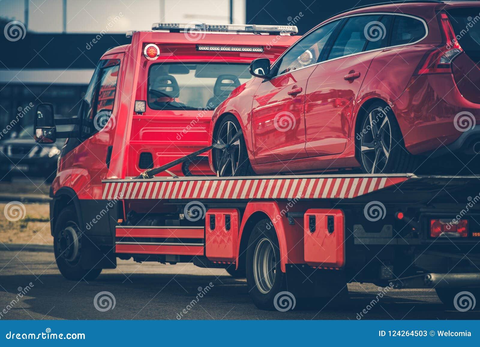 Bruten bil på en bogseralastbil