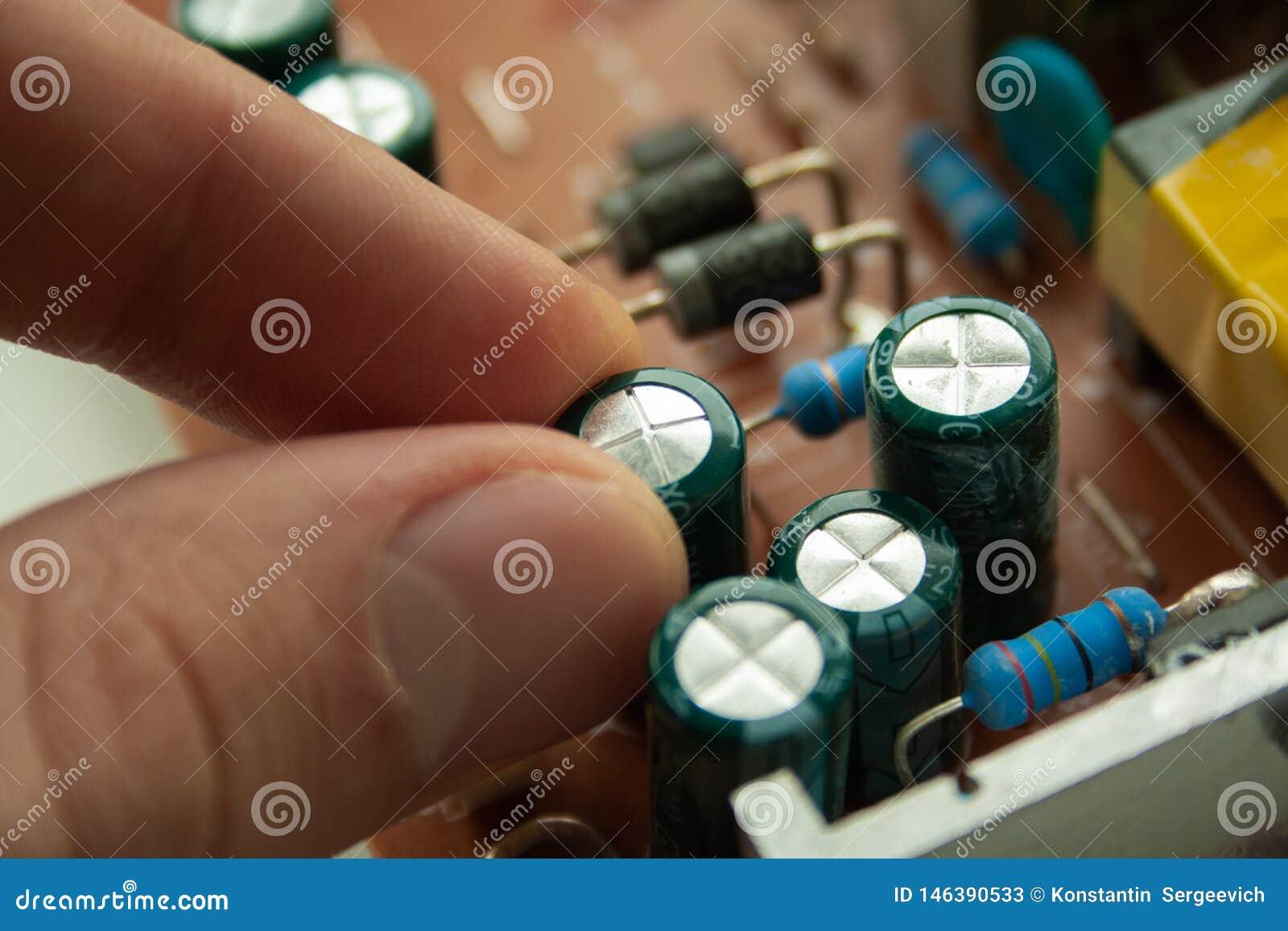 Bruten d?lig gammal kondensator av datorsk?rmen kondensatorsammanbrott
