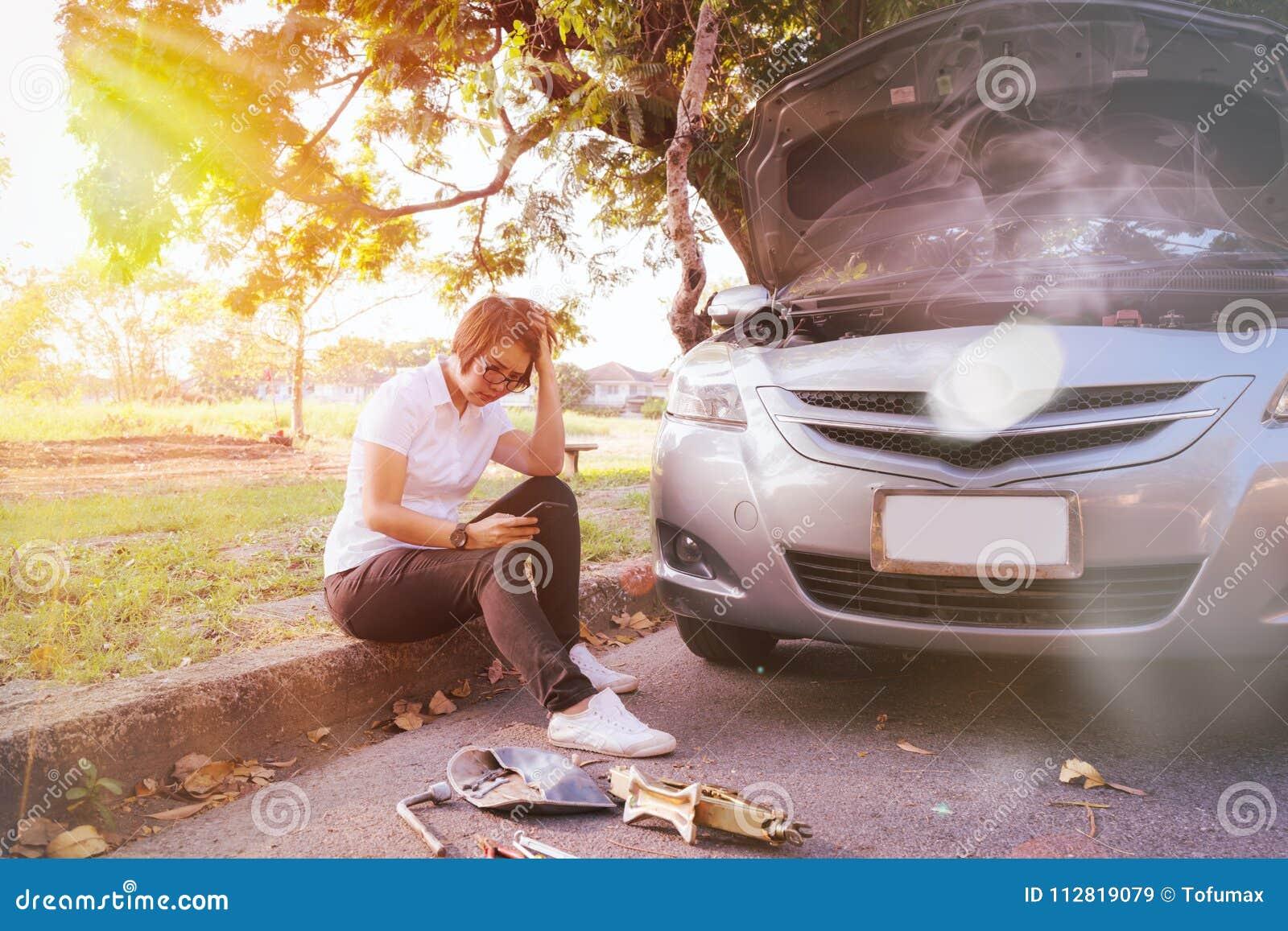 Bruten down för bil på vägsidan