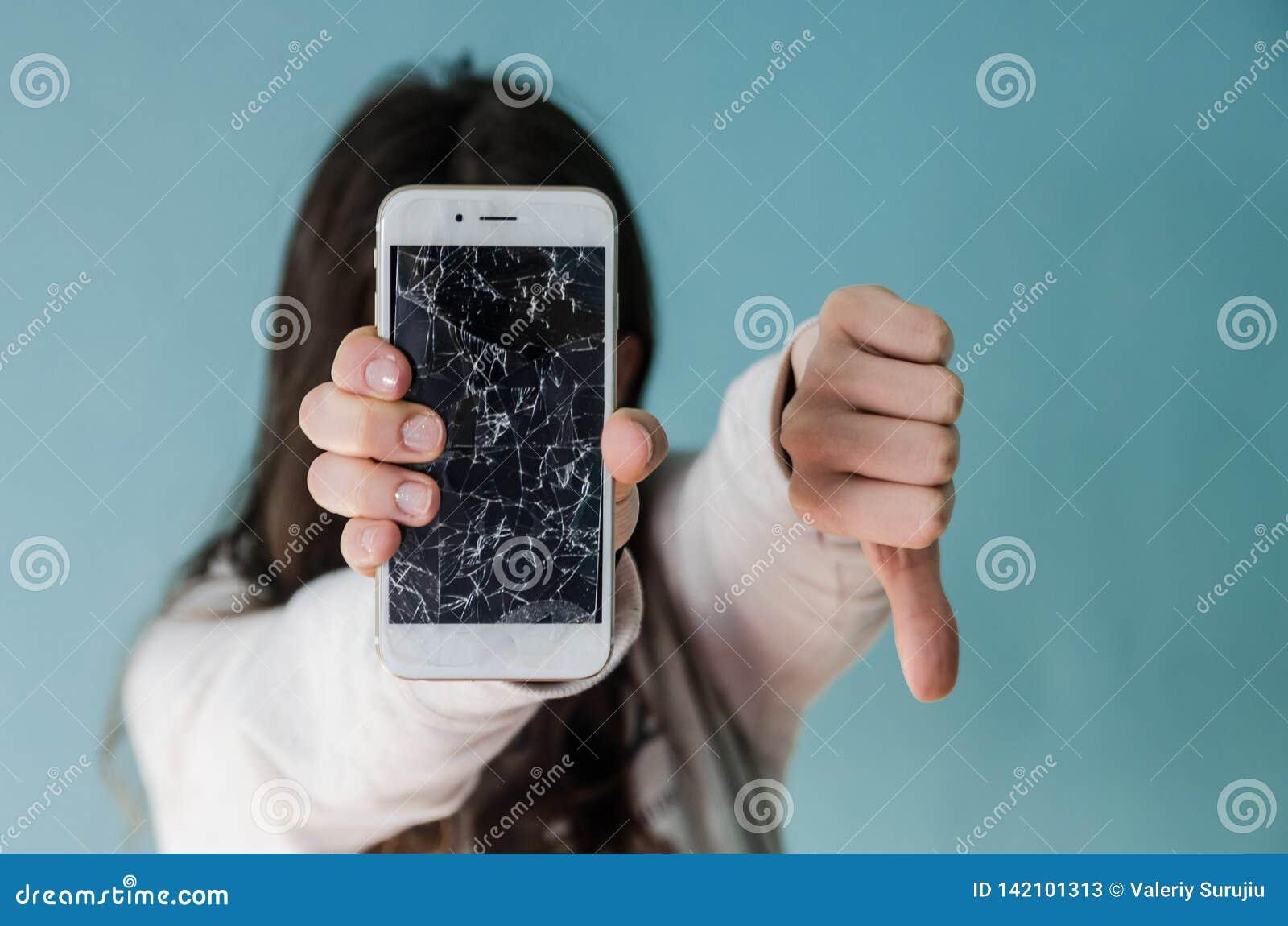 Bruten exponeringsglasskärmsmartphone i hand av den upprivna kvinnan