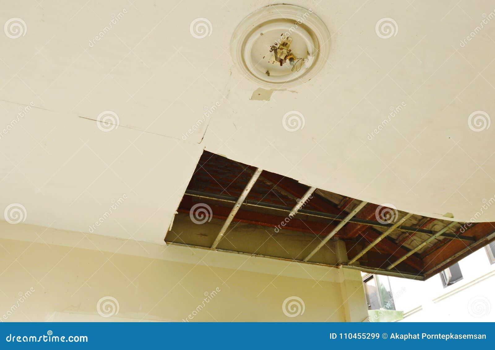 Bruten och för skada hem- tak som ner faller för att grunda