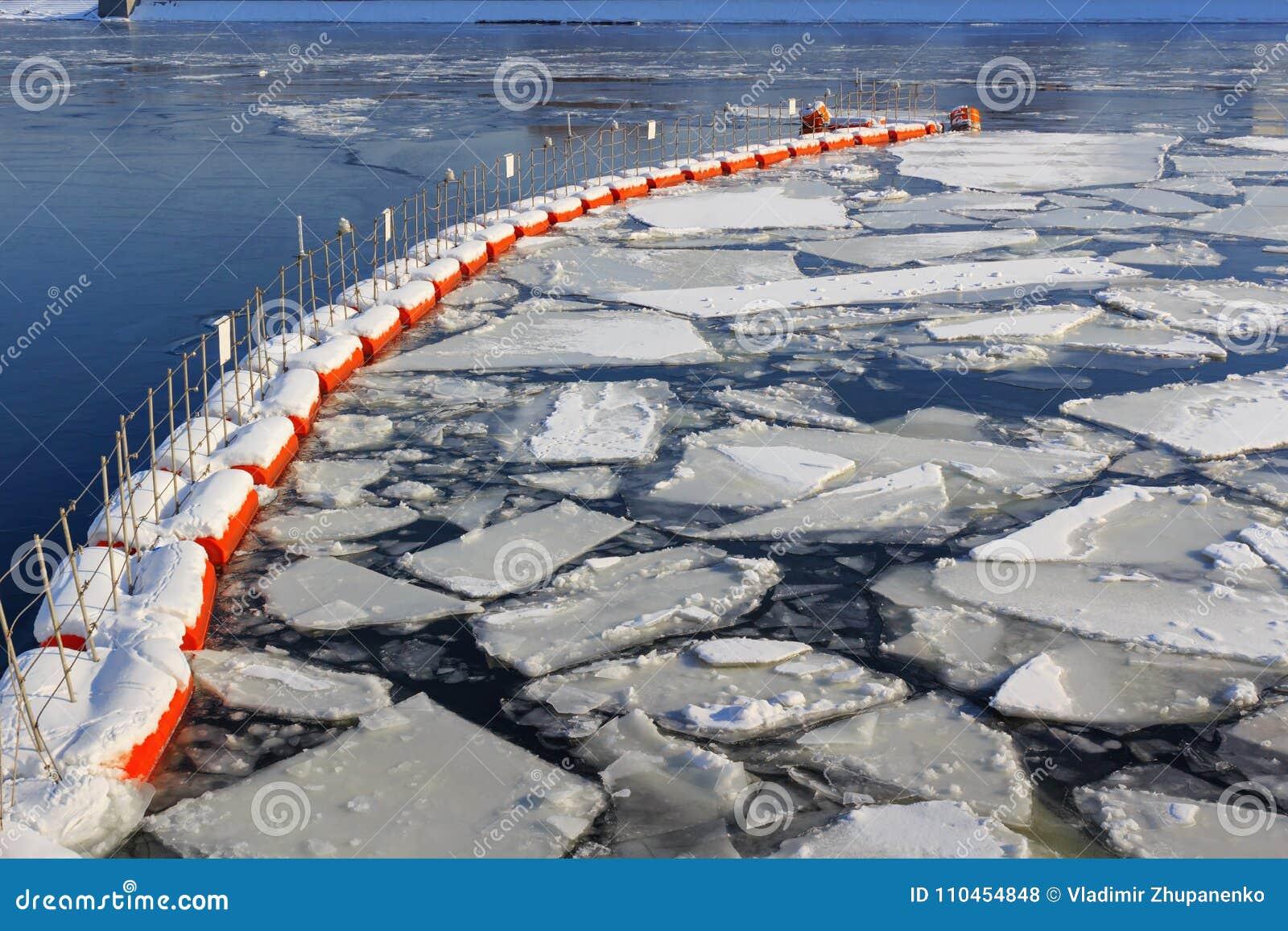 Bruten is på yttersidan av floden i vinter